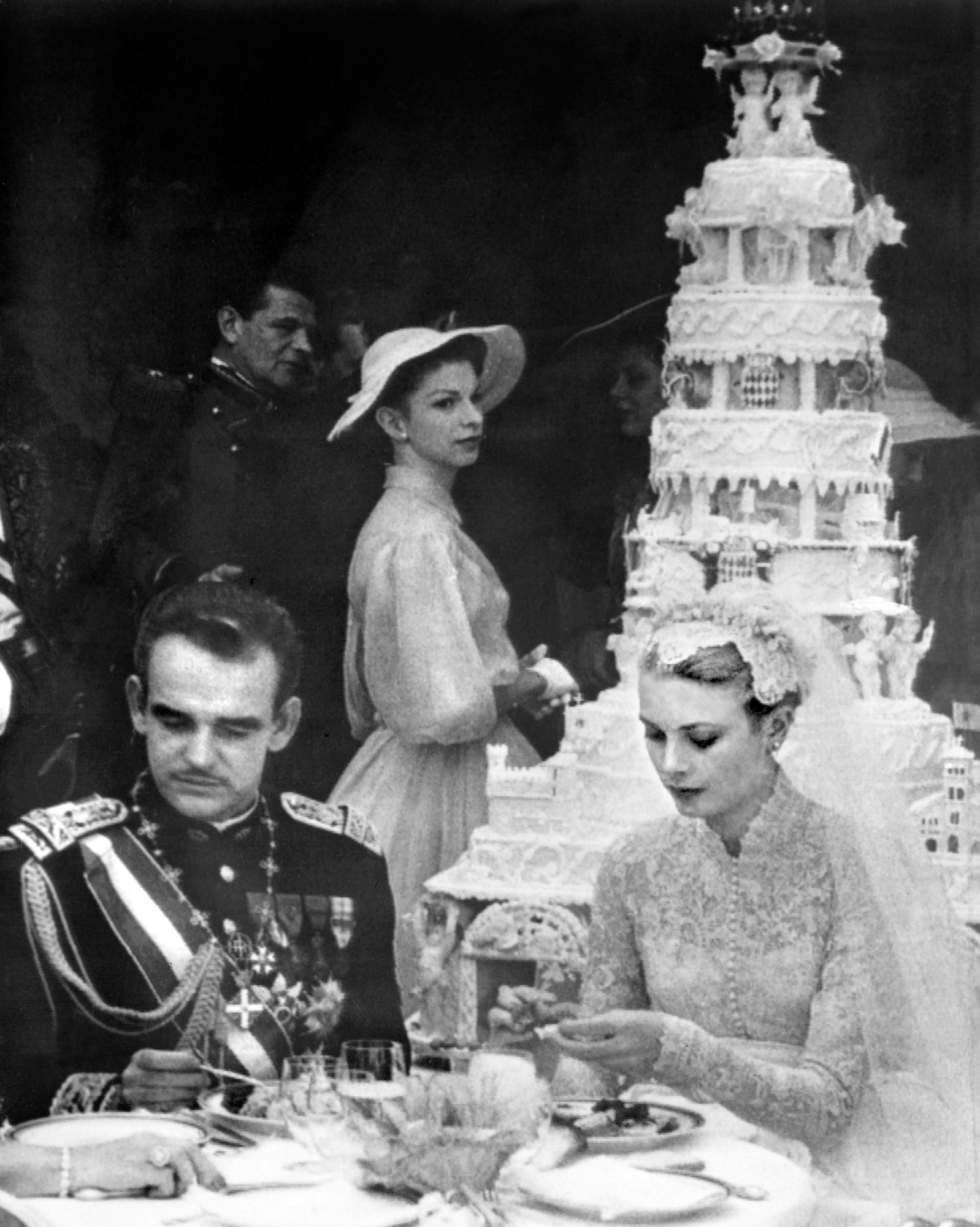 celebrity-vintage-wedding-cakes-grace-kelly-111652580-1015.jpg