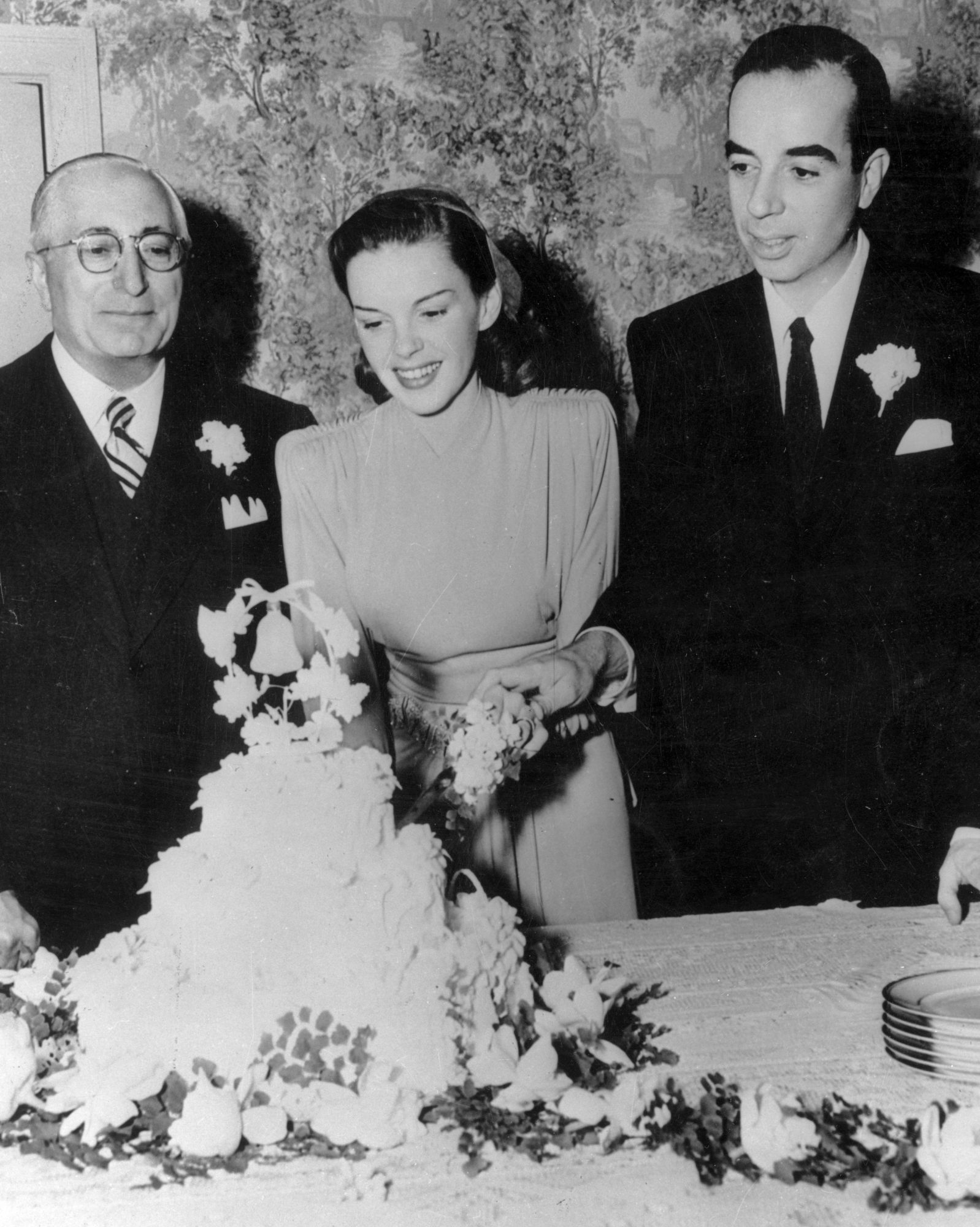 celebrity-vintage-wedding-cakes-judy-garland-3368101-1015.jpg