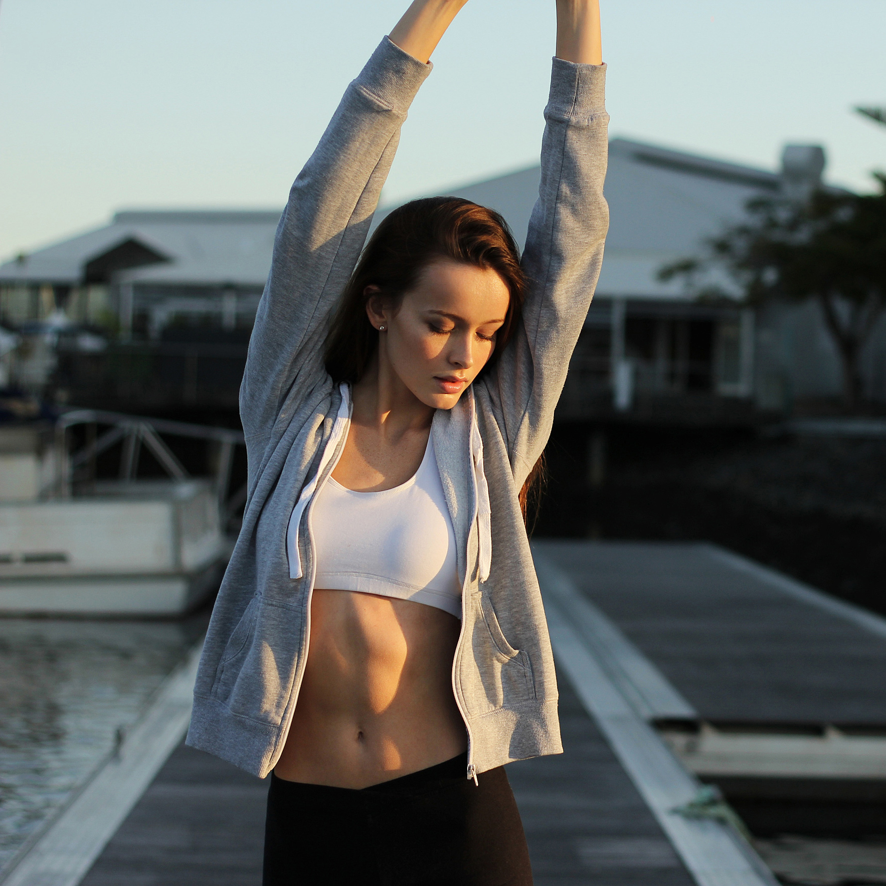 woman-stretching-dock-1115.jpg (skyword:203342)