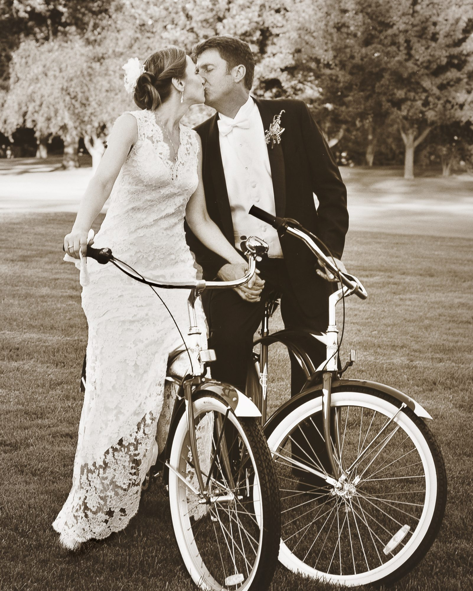 couple-kissing-bicycles-mw1204rwdb11-bw.jpg