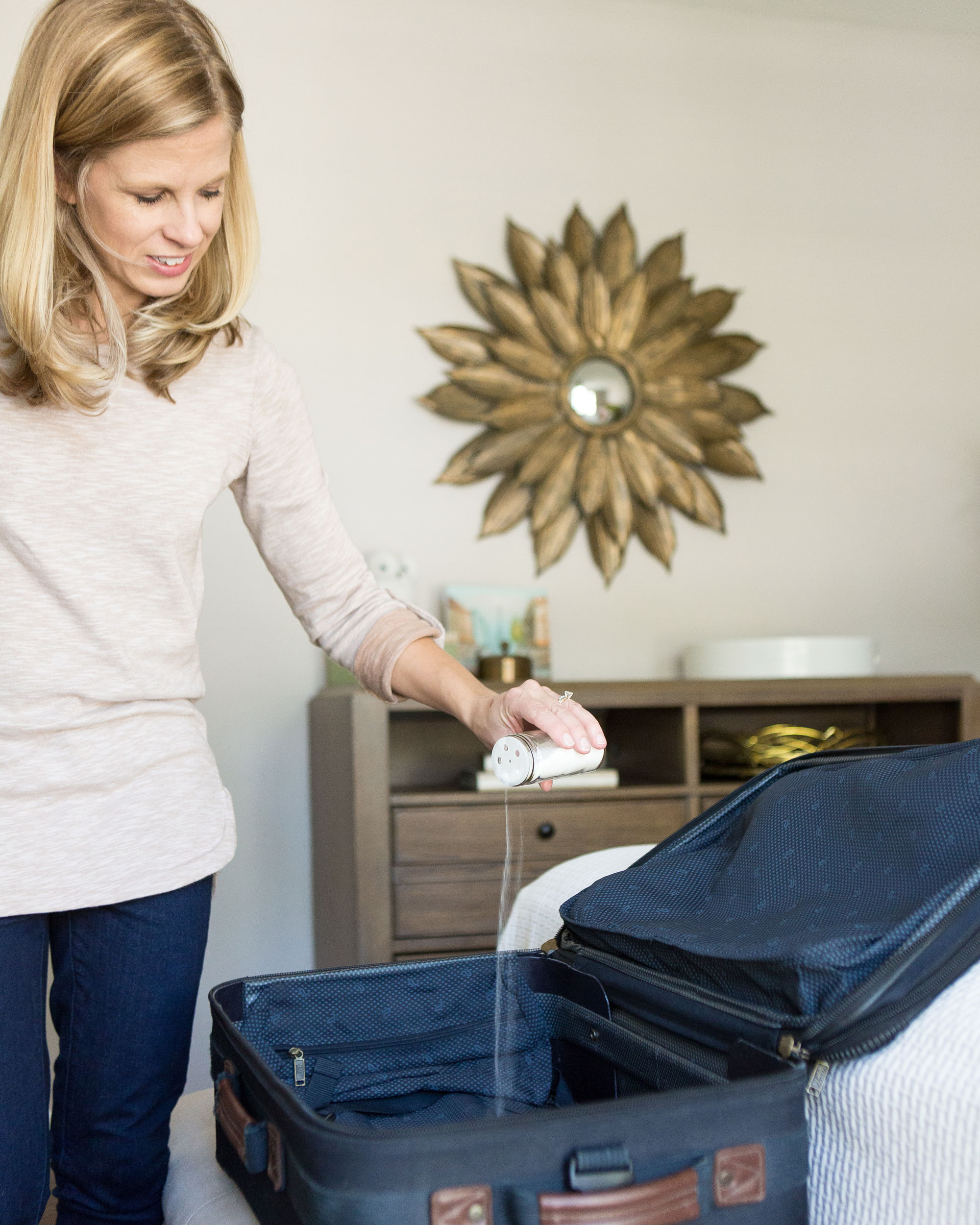 how-to-freshen-cleaning-suitcase-with-baking-soda-0316.jpg