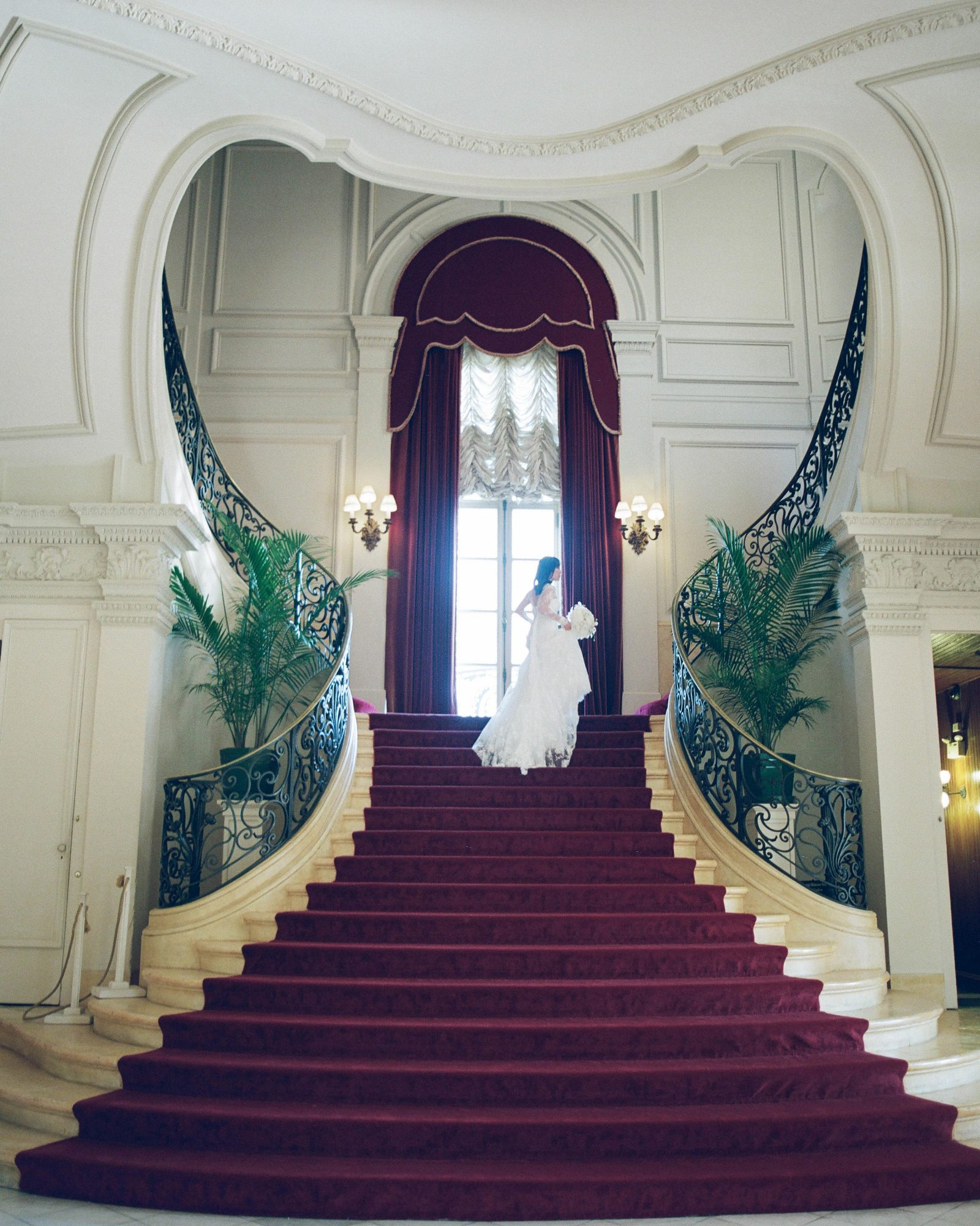 lissy-steven-wedding-newport-bride-stairs-7-elizabethmessina-s112907-0516.jpg