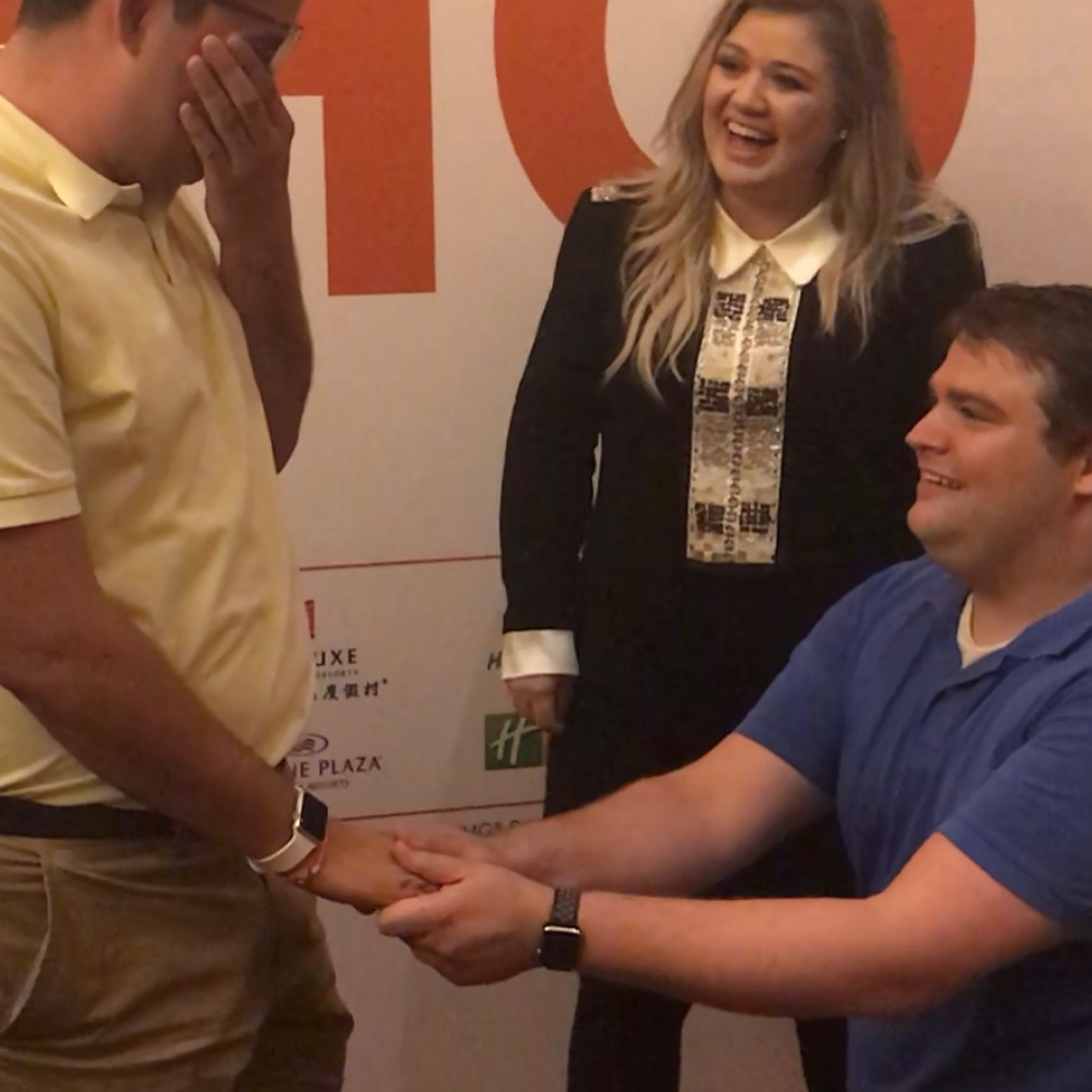 Kelly Clarkson helping two fans get engaged