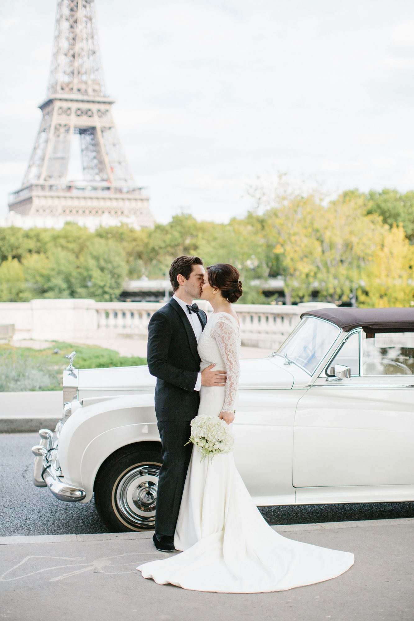 wedding kiss classic car