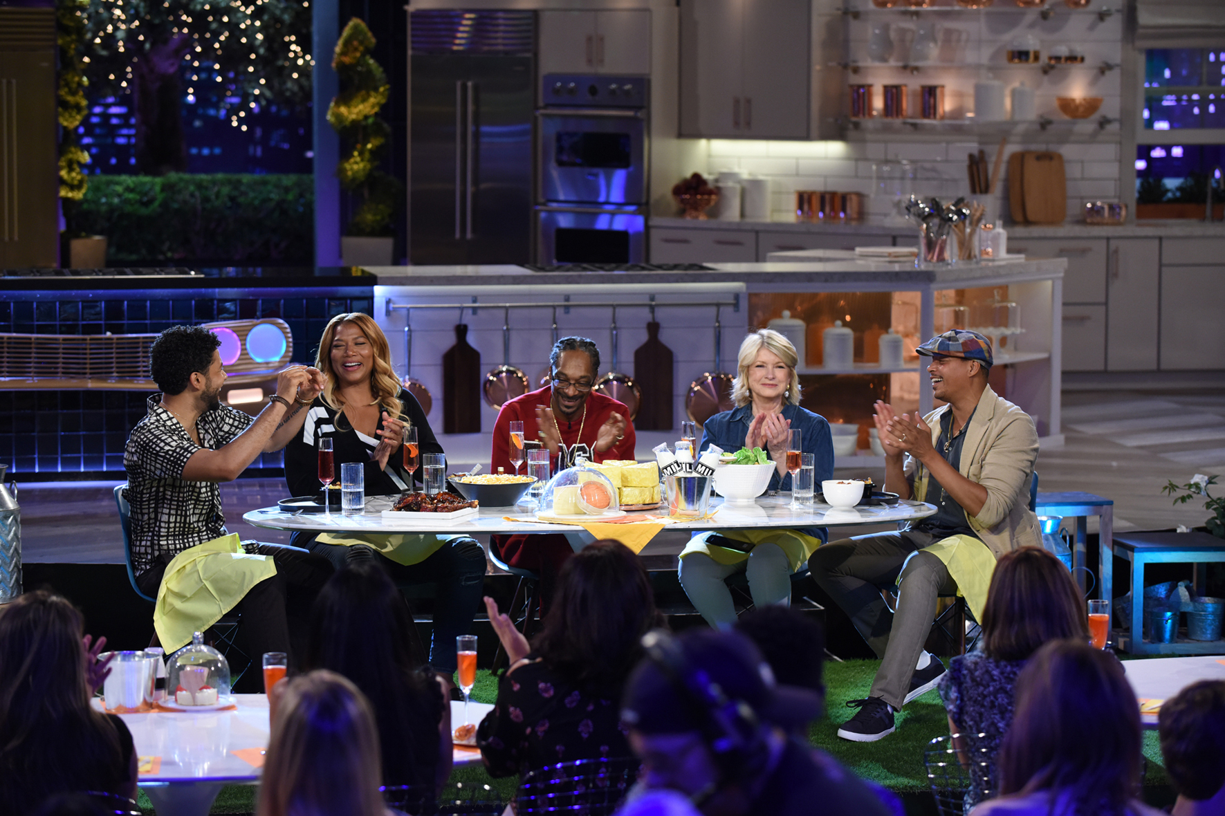 martha and snoop drinking cocktails with celebrity guests