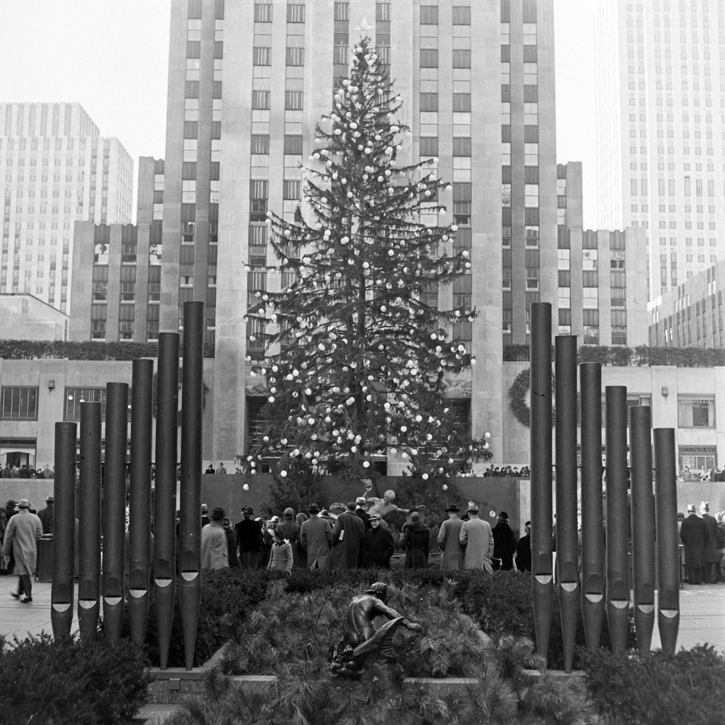 getty-rockefeller-tree-1940