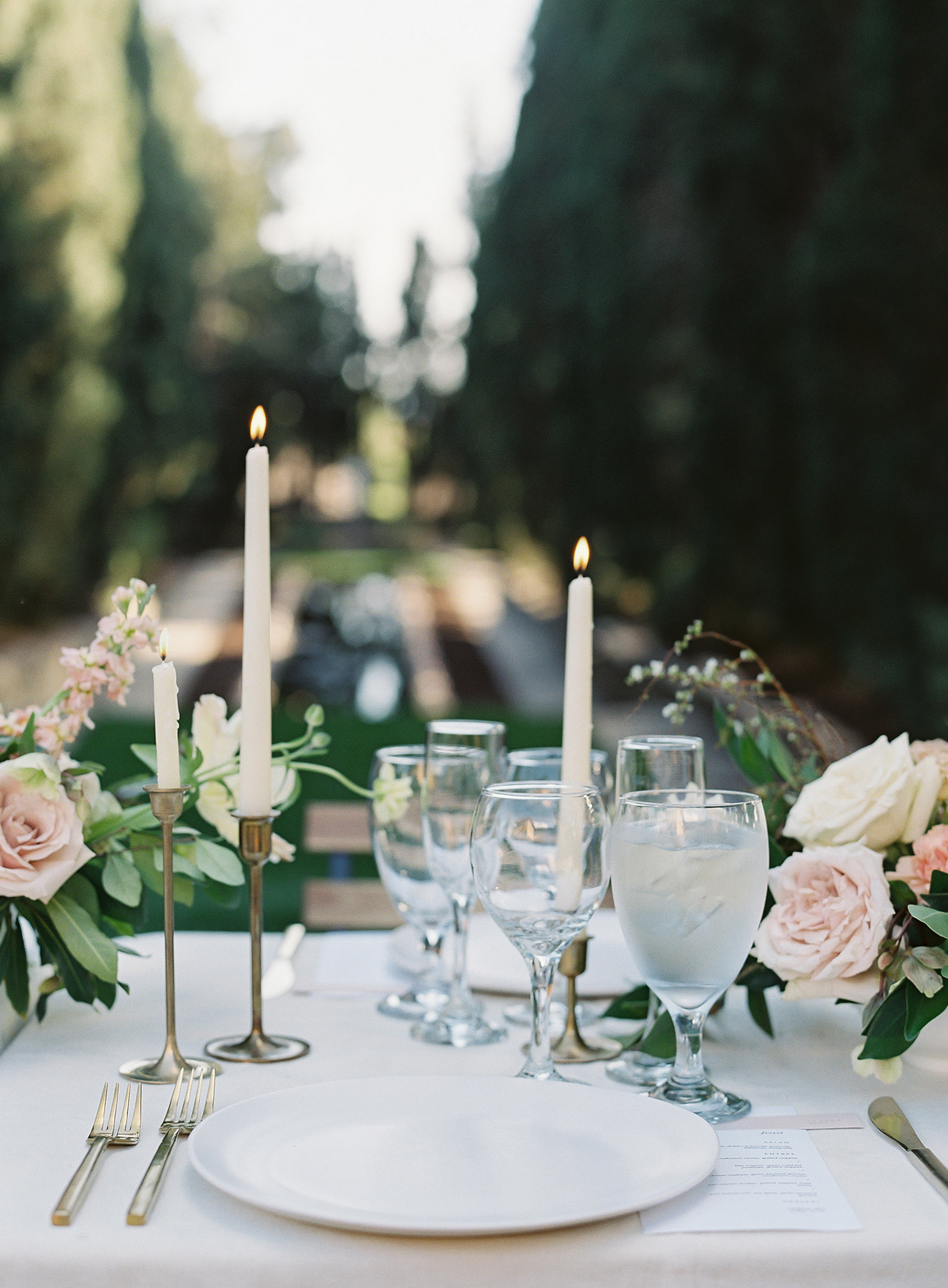 emme daji wedding place setting with roses and gold accents