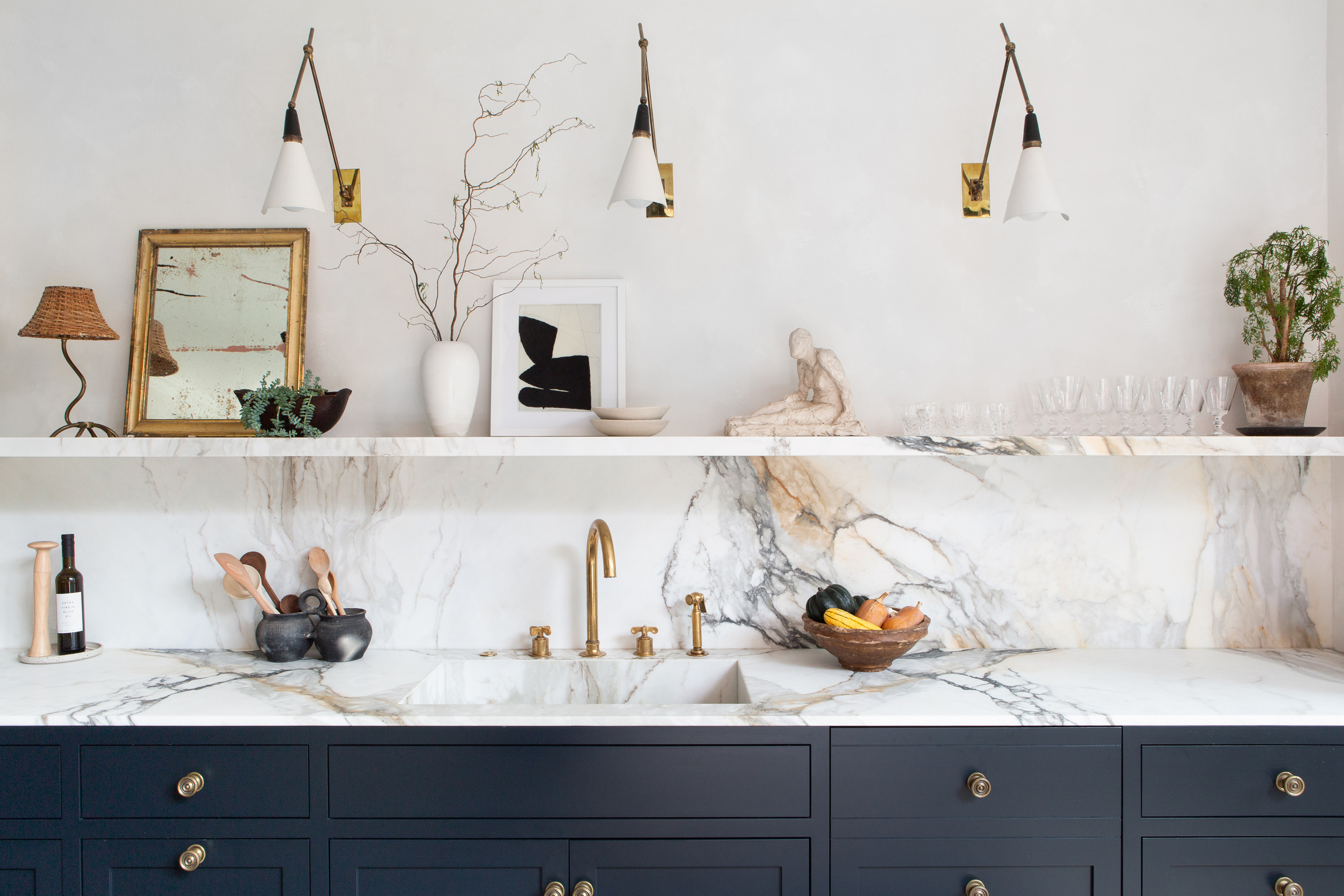 kitchen shelf with sculpture and mirror marble countertop