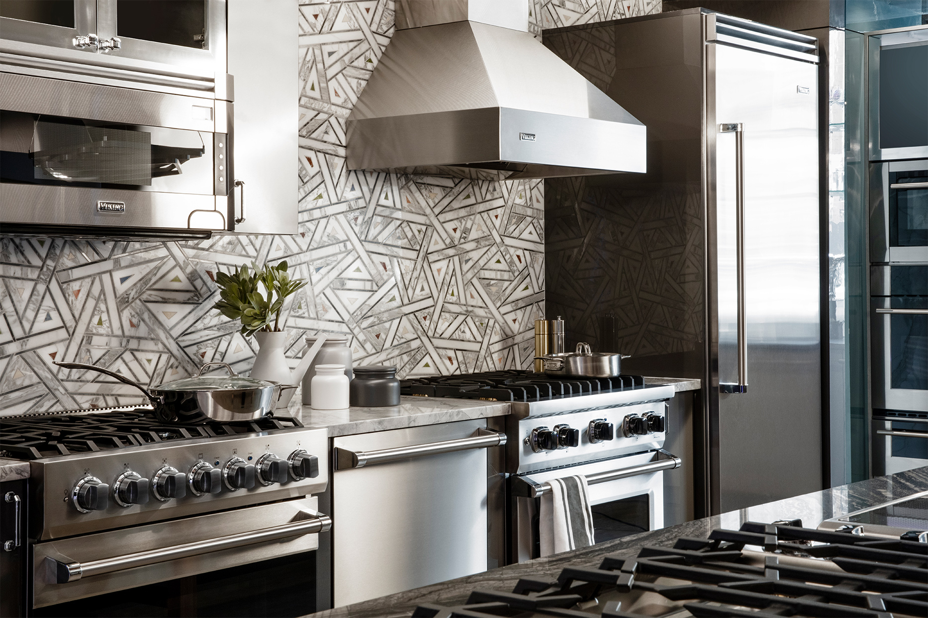 neutral triangular patterned backsplash