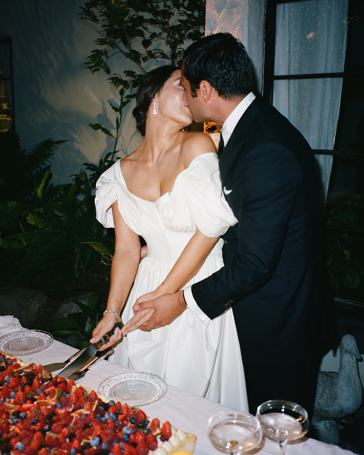 pia davide wedding cake cutting kiss