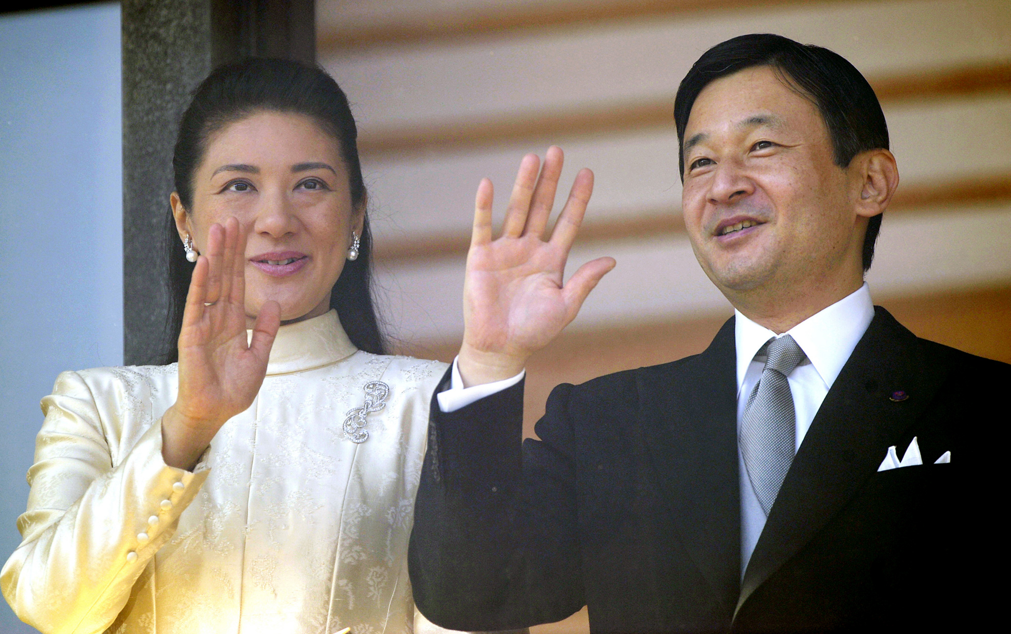 japanese royal family wave