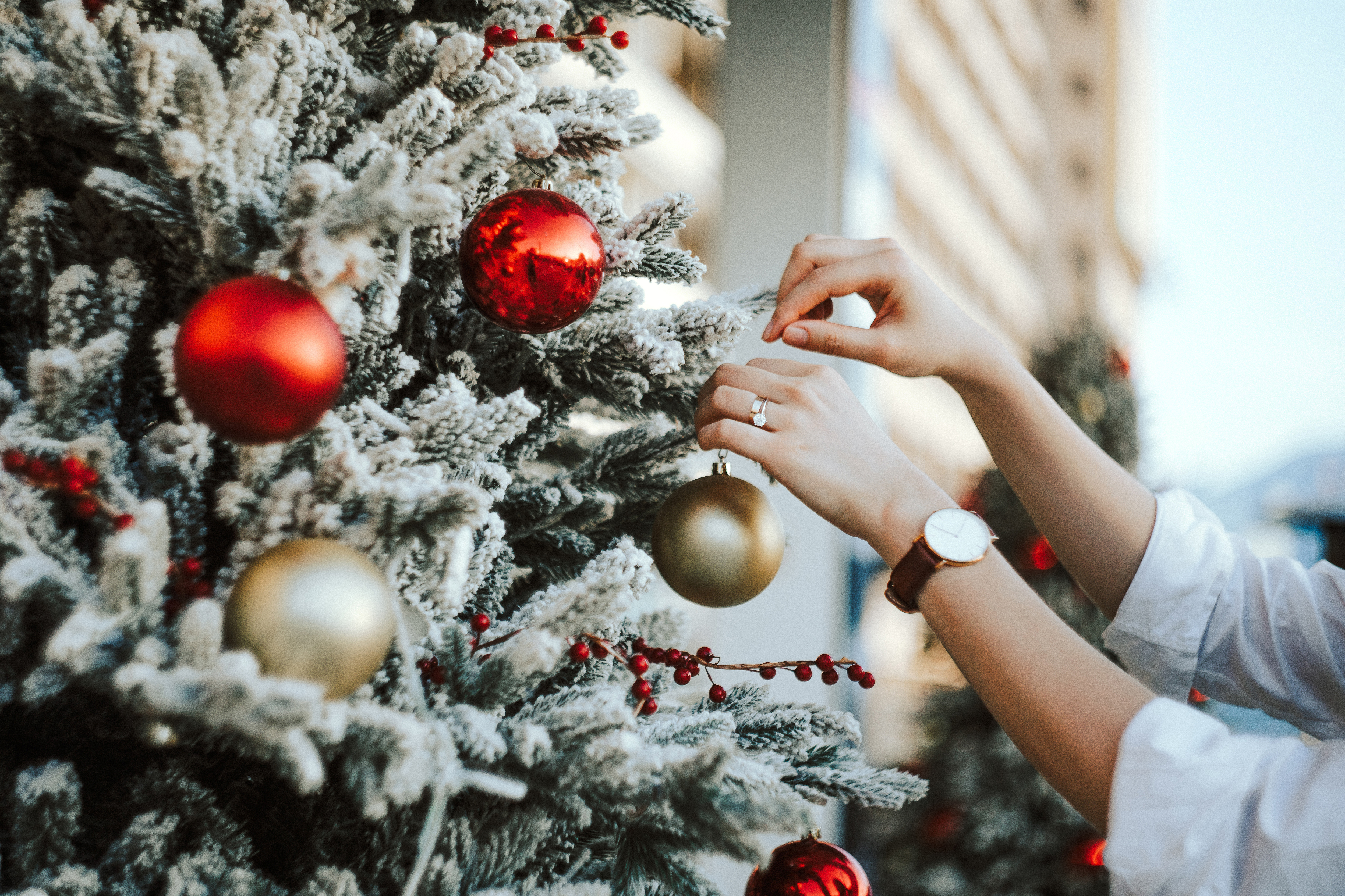 Expert-Approved Holiday Decorating Tips: How to Trim Your Christmas Tree  and Hang Outdoor Lights