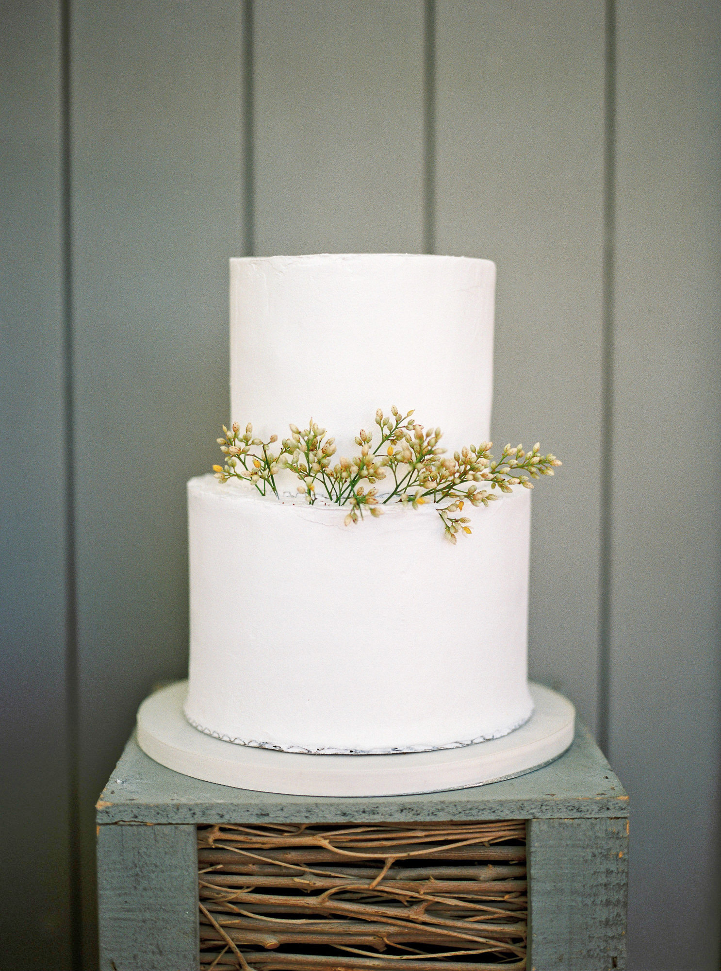 samantha grayson wedding cake on rustic stand