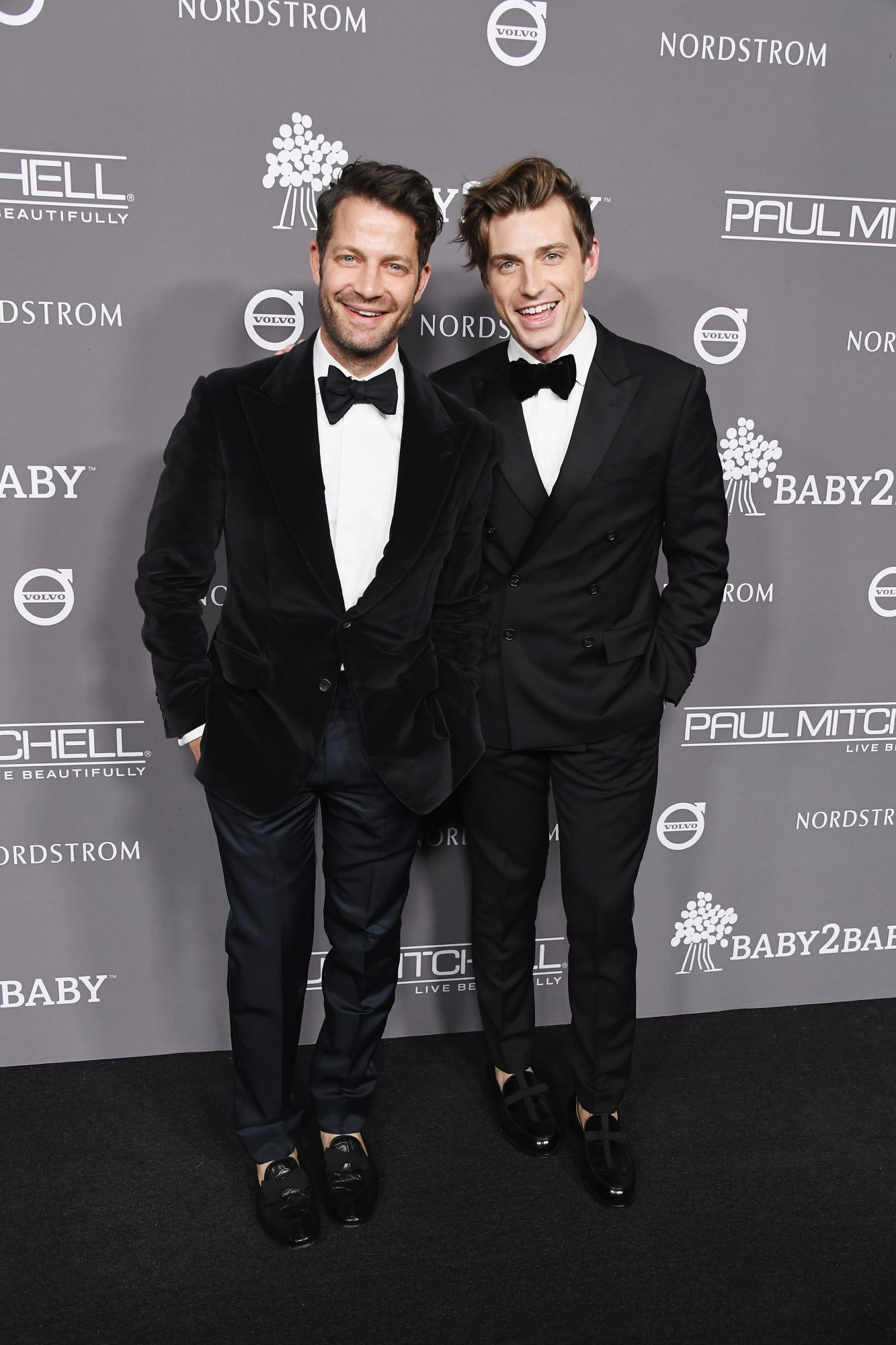 nate berkus jeremiah brent red carpet pose