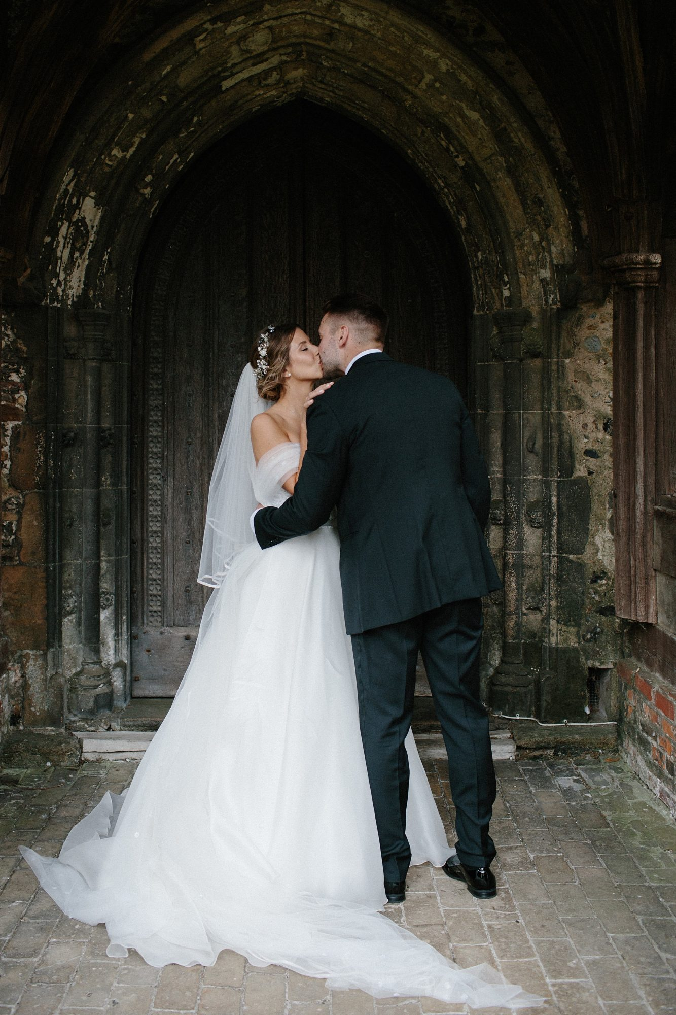 laurie lee wedding couple kiss