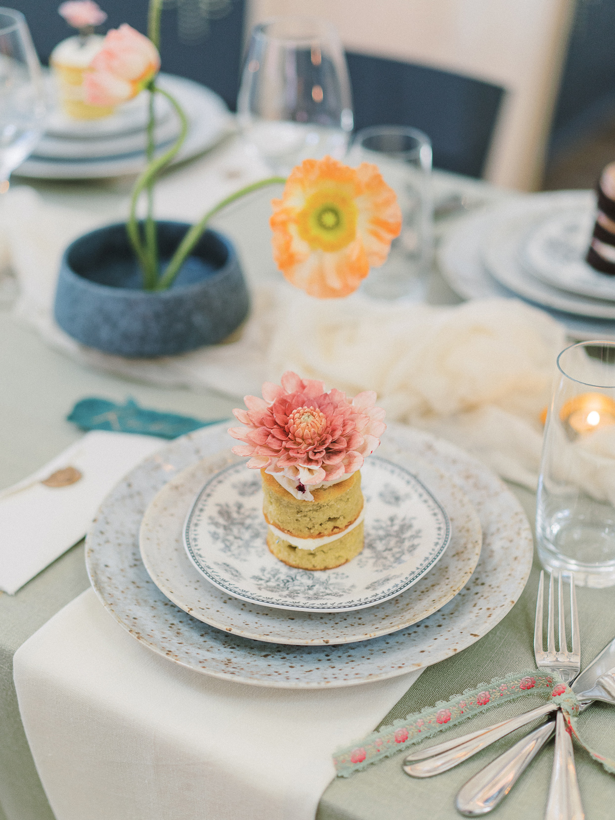 speckled place settings with individual cakes