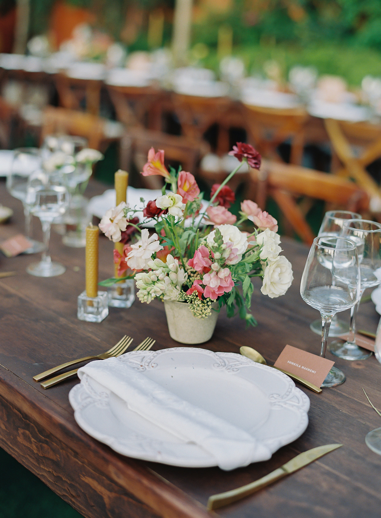 pink tones centerpiece on long wooden table