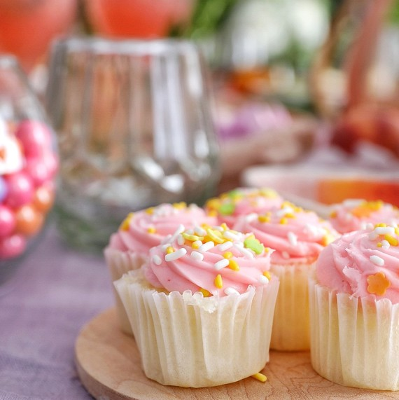mothers day table cupcakes