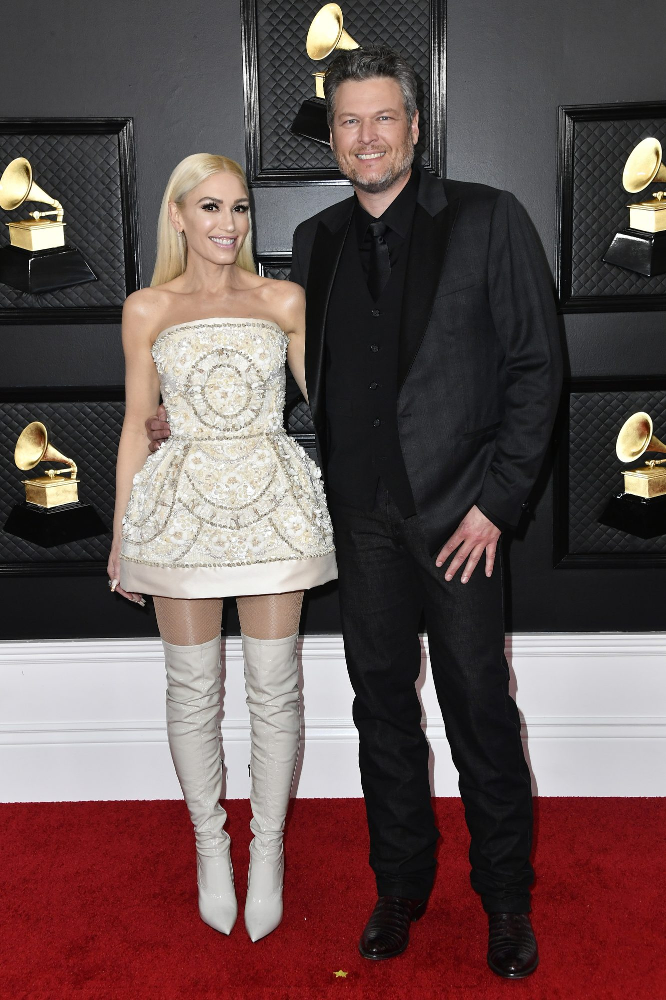 gwen stefani and blake shelton smiling on the red carpet of the 62nd annual Grammy Awards