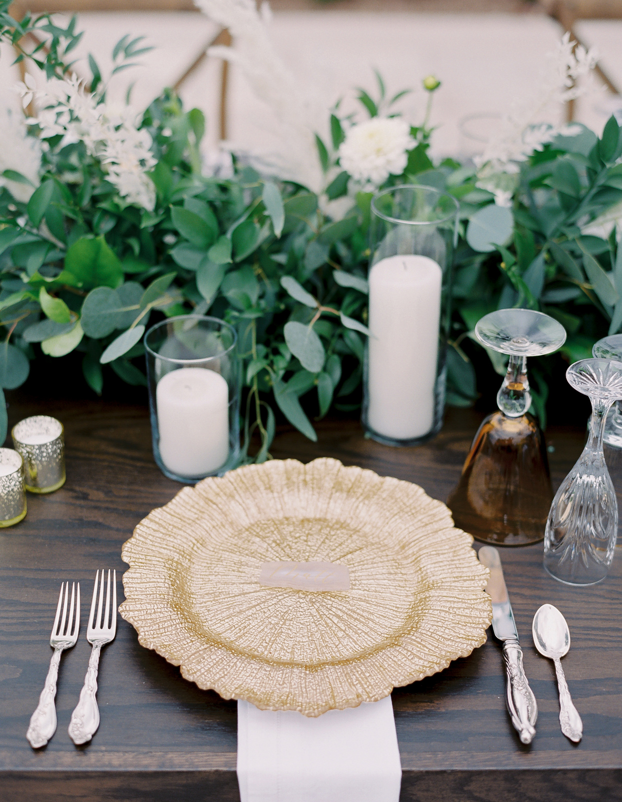 wedding reception place setting textured gold plates