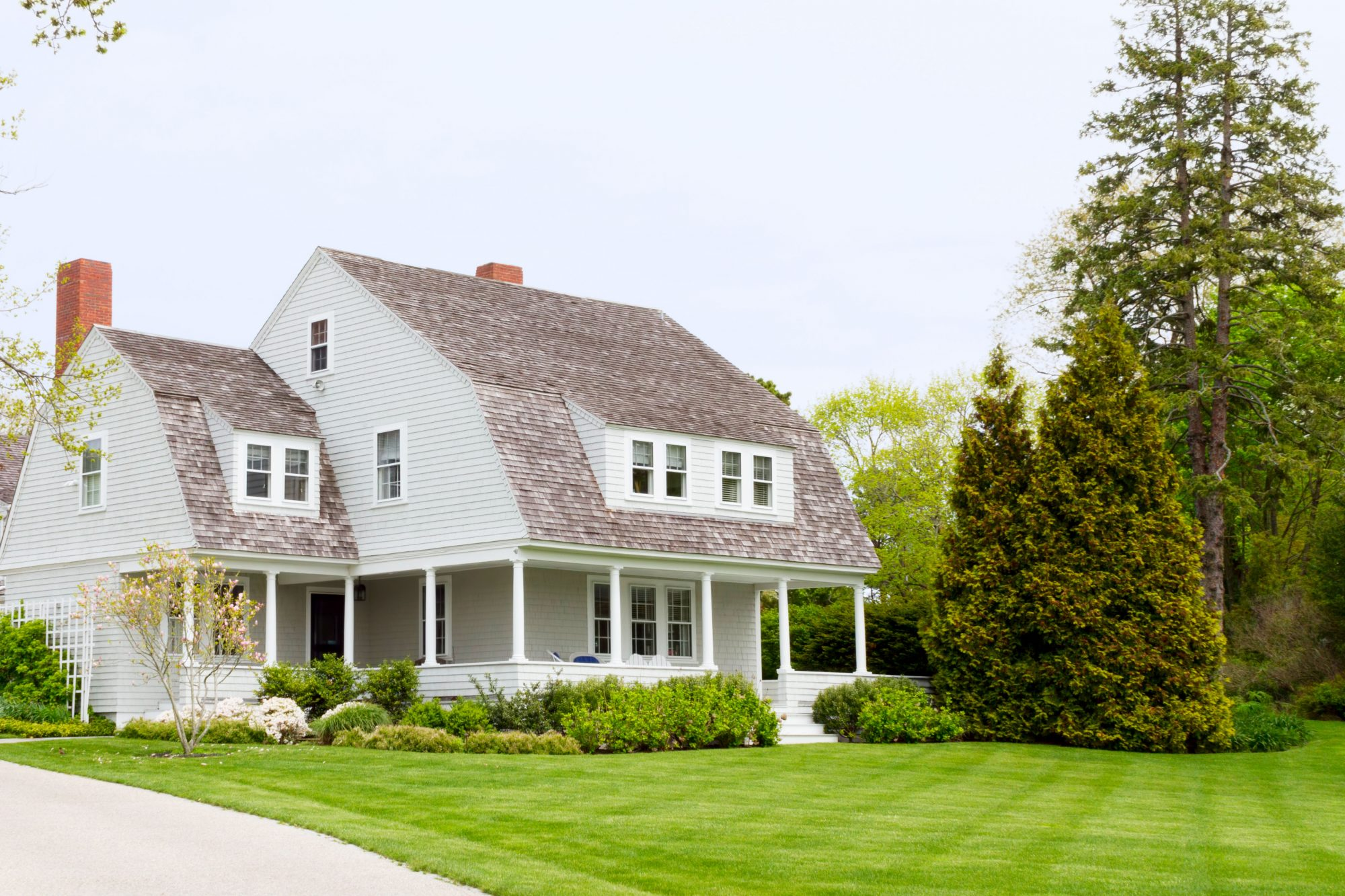 manicured-front-lawn-cottage-home-getty-0421