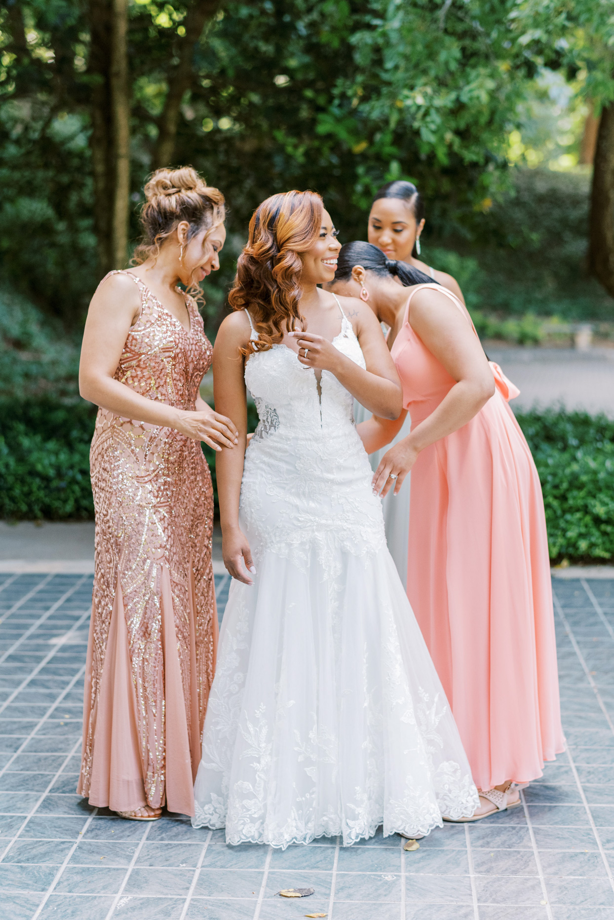 bride with bridesmaids and mom wearing peach hued dresses