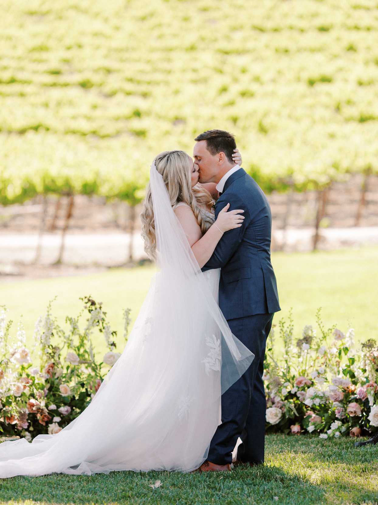 couple kissing during garden ceremony
