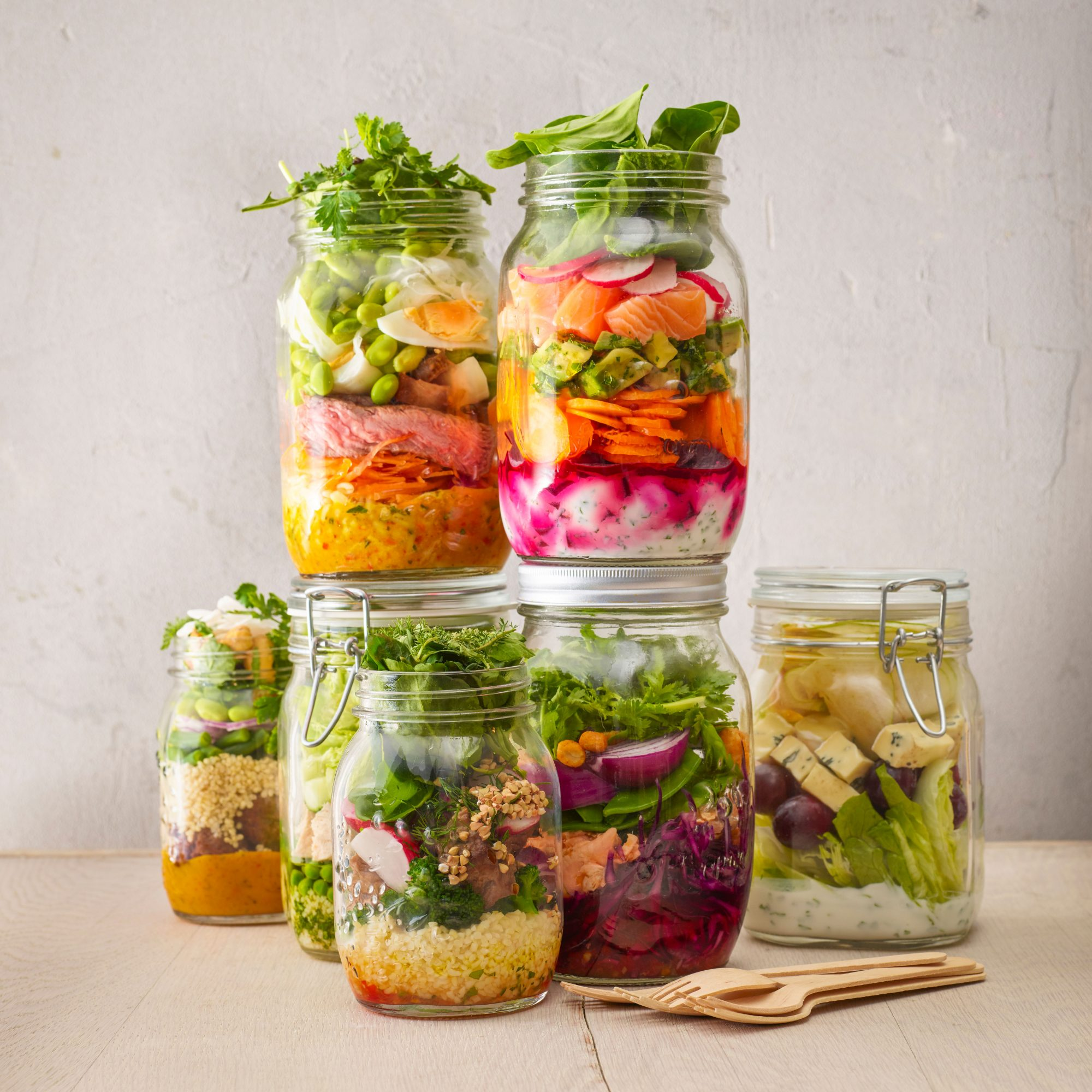 Jars_Filled_With_Salads_And_Veggies