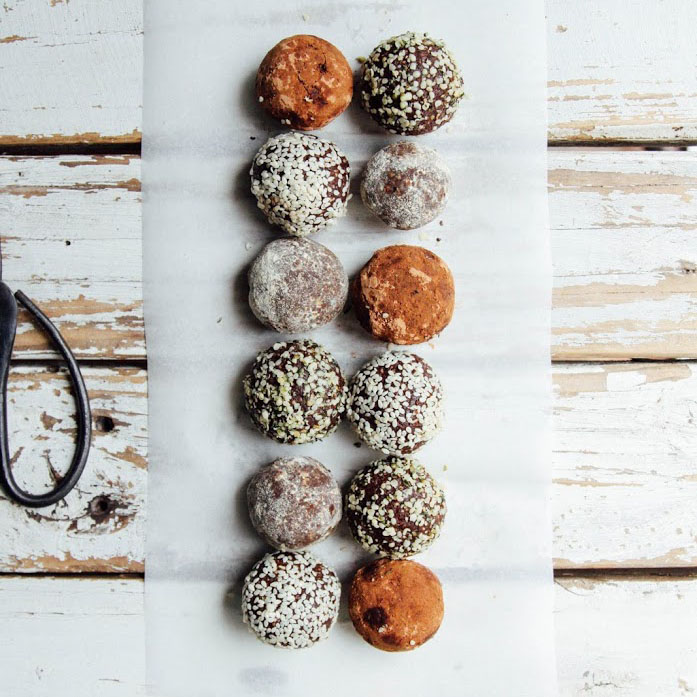 Raw_Vegan_Bliss_Balls_With_Cacao_Powder