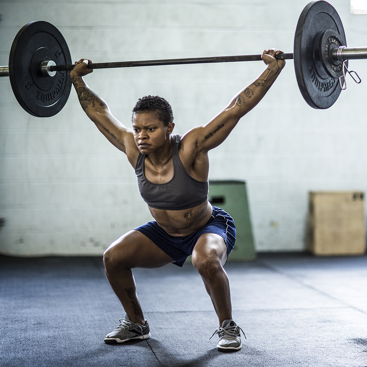 woman lifting a barbell