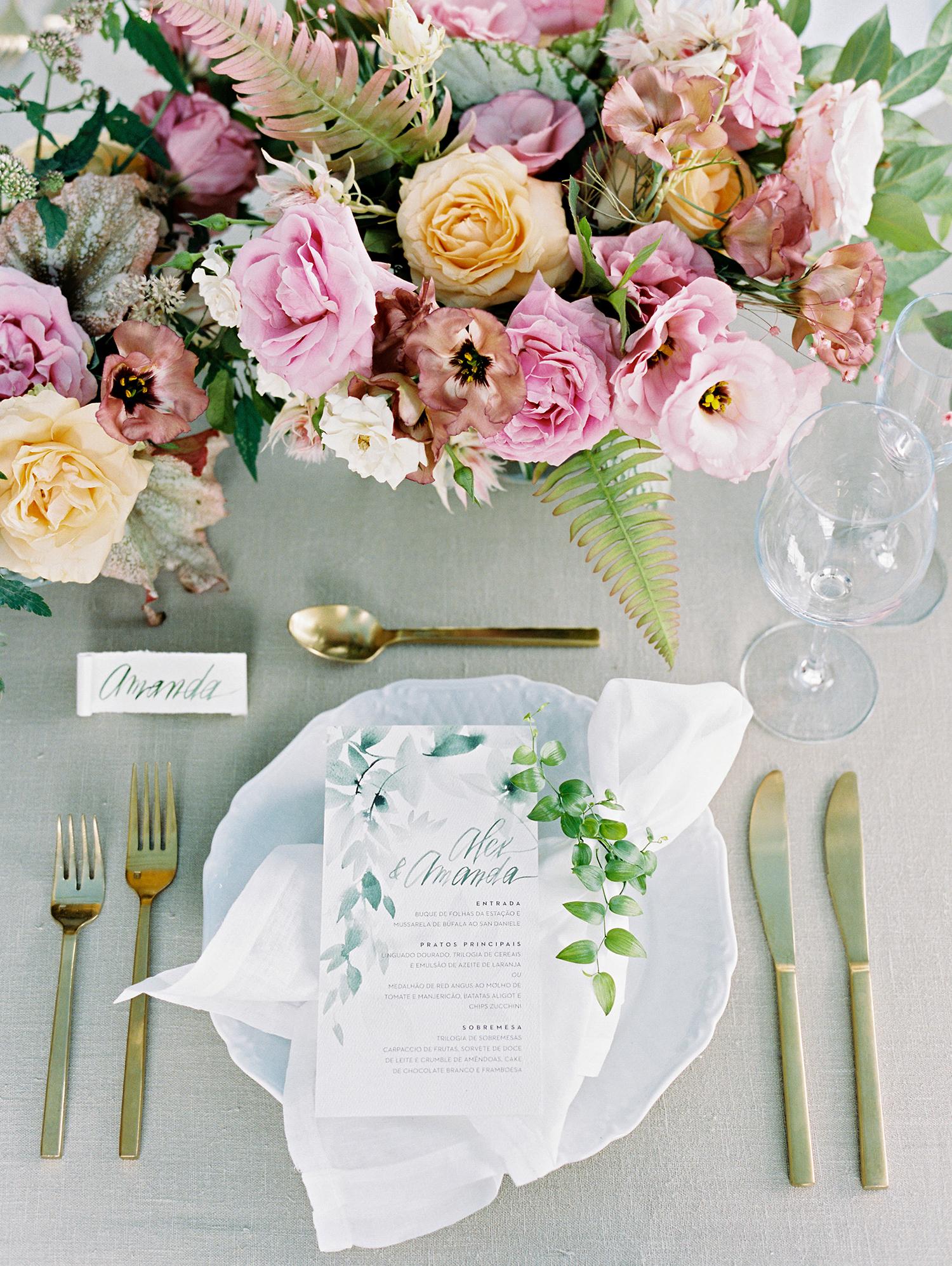 amanda alex wedding placesetting and centerpiece