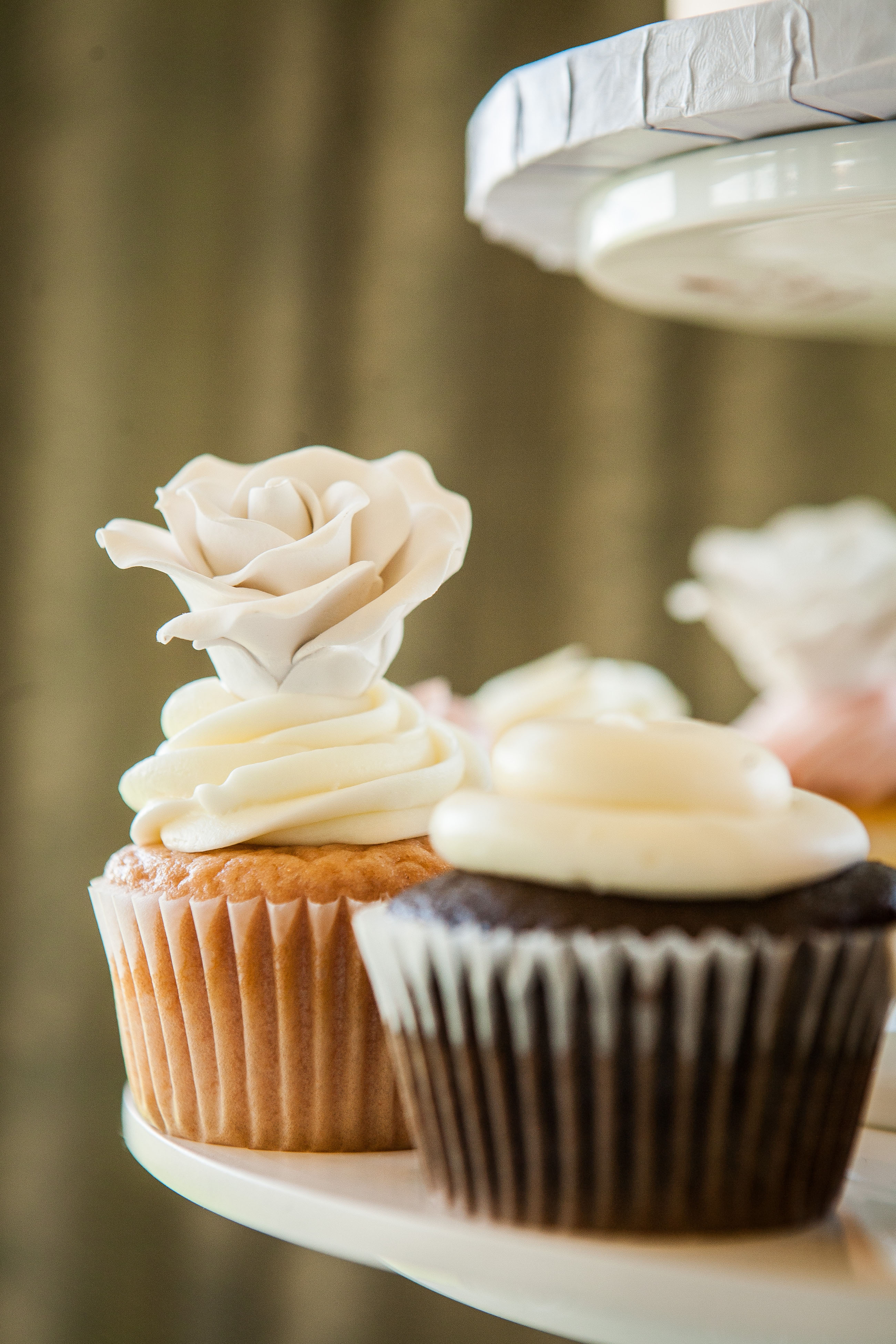 vanilla and chocolate cupcakes with fondant roses