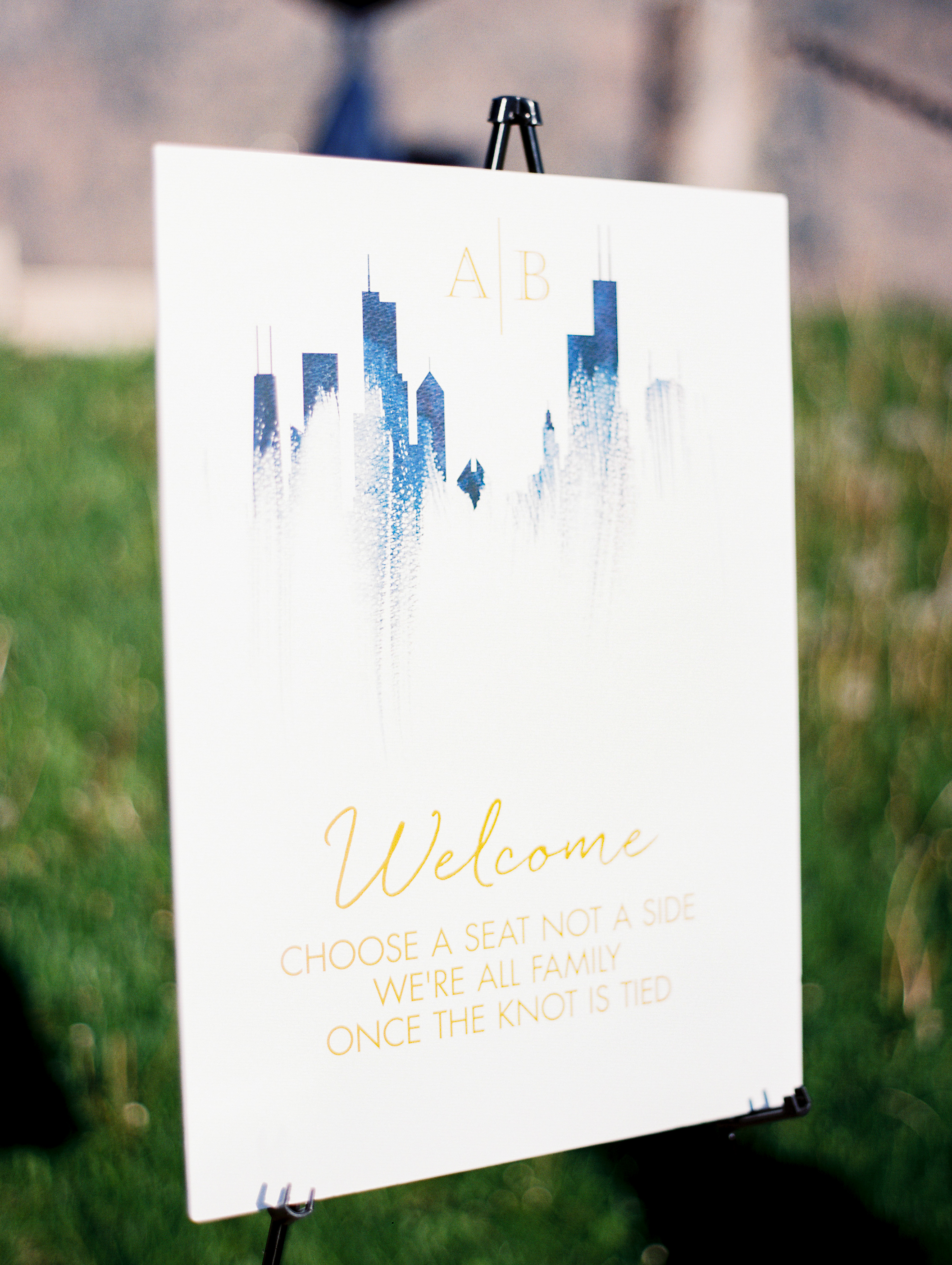 welcome sign with chicago skyline