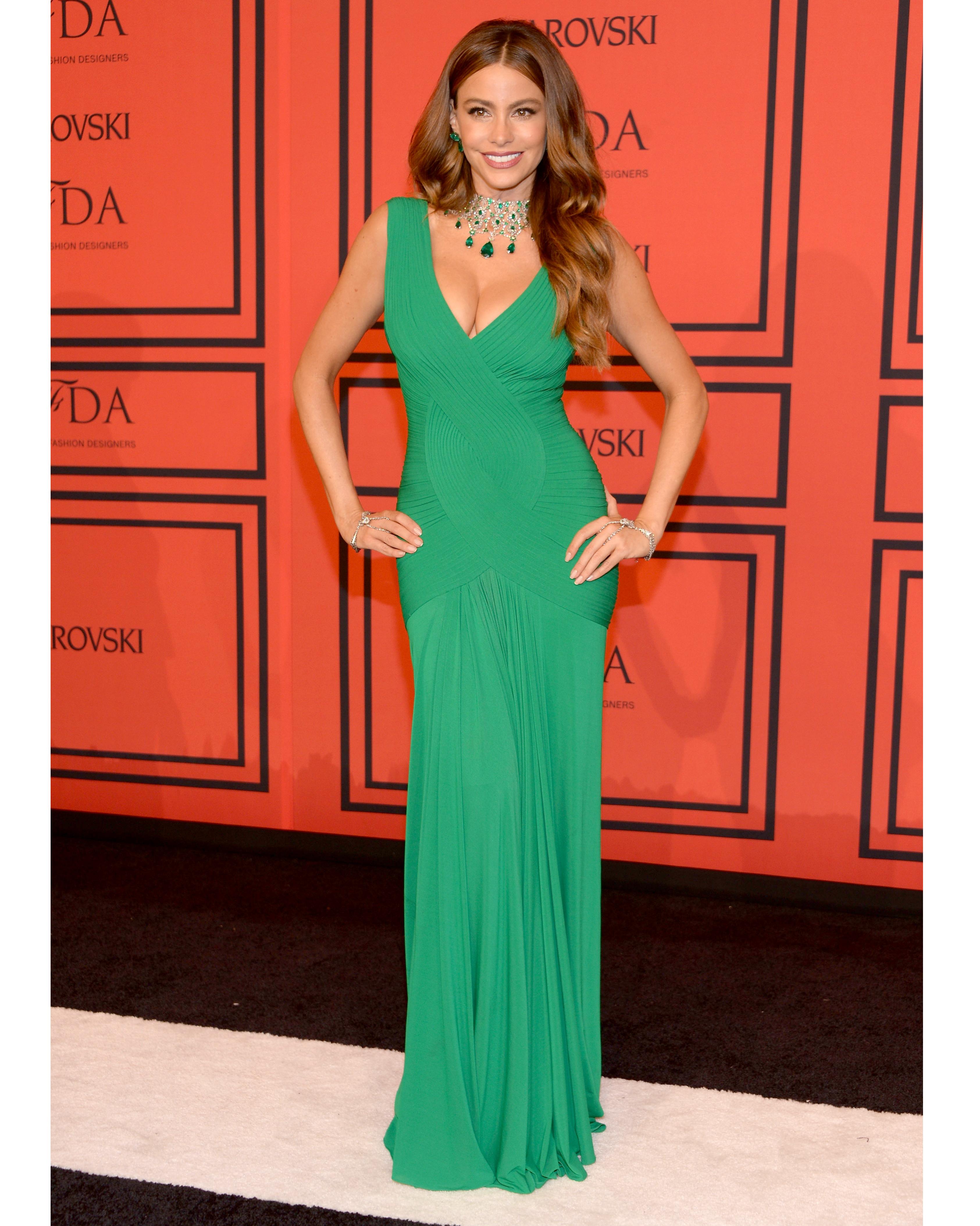 sofia-vergara-red-carpet-cfda-fashion-awards-herve-l-leroux-green-0815.jpg