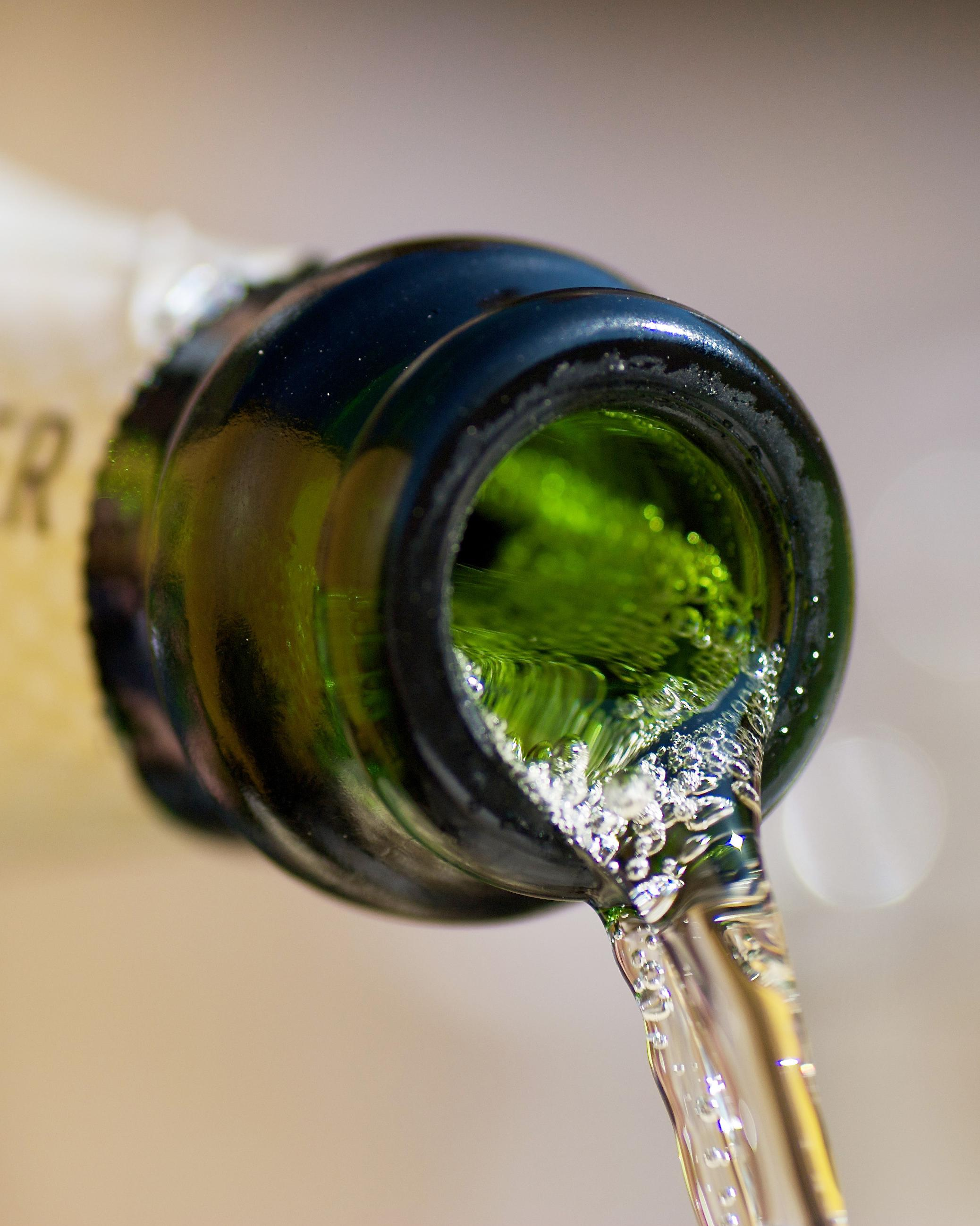 pouring-champagne-detail-0215
