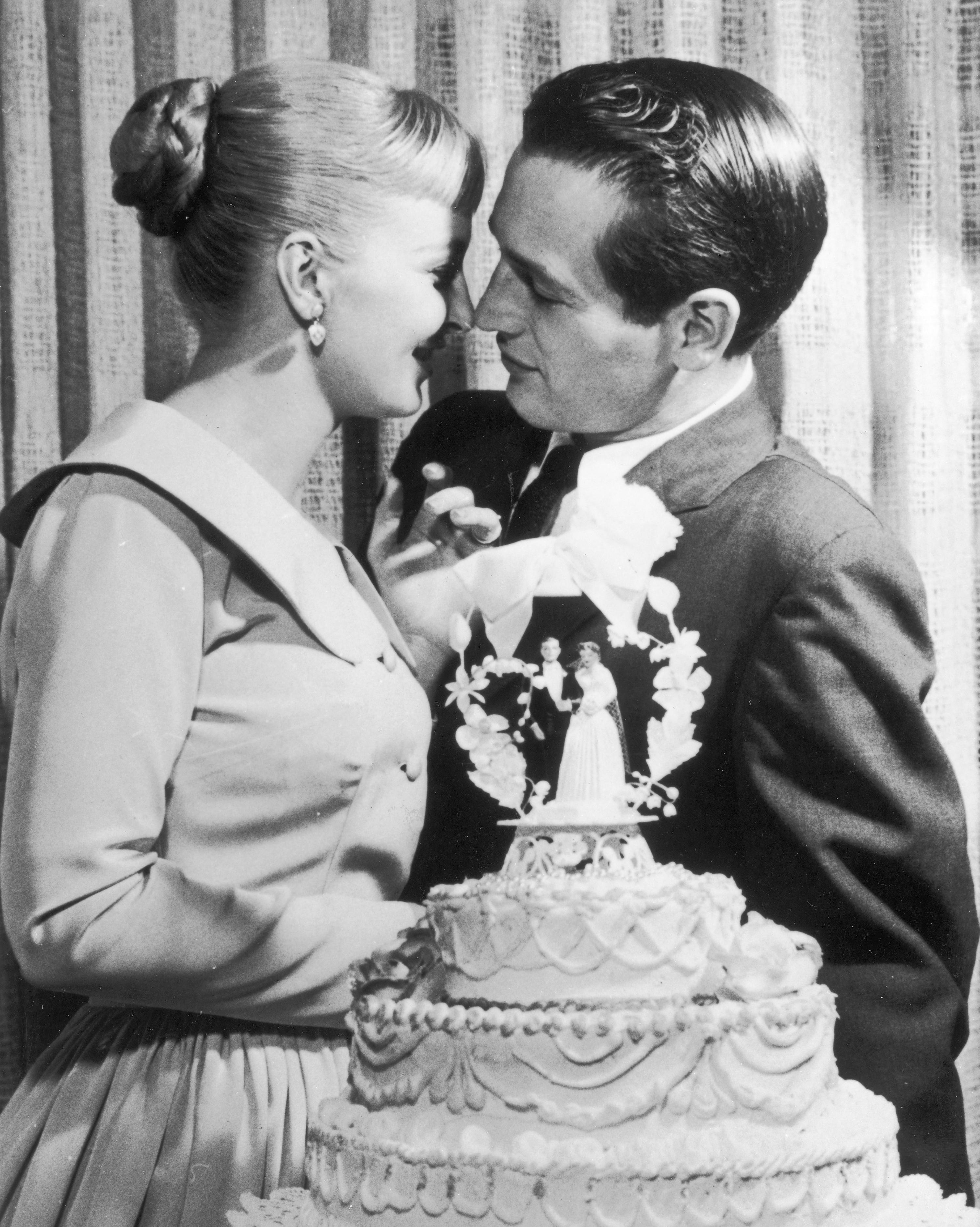 celebrity-vintage-wedding-cakes-paul-newman-joanne-woodward-1686495-1015.jpg