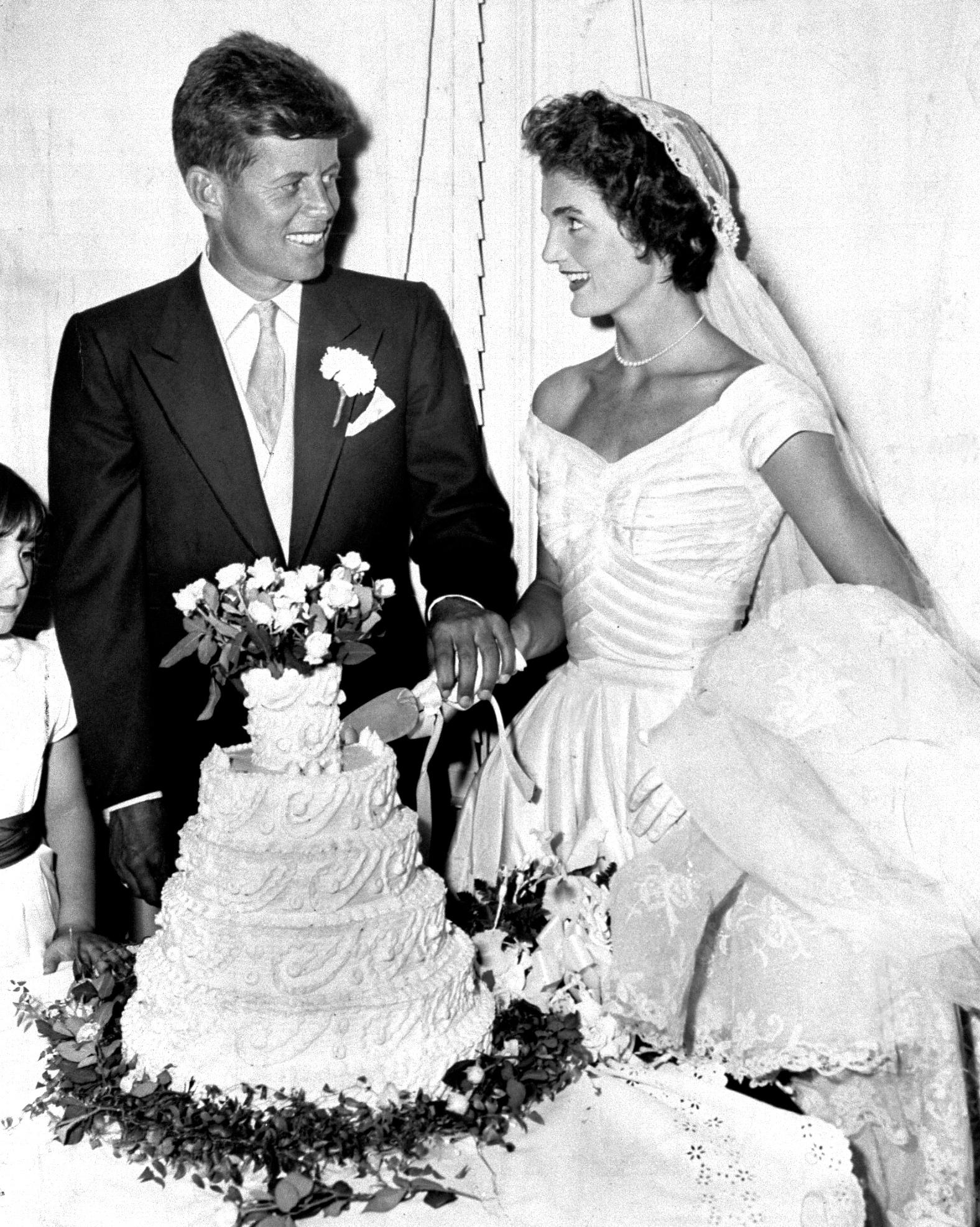 celebrity-vintage-wedding-cakes-jfk-jackie-kennedy-97347154-1015.jpg