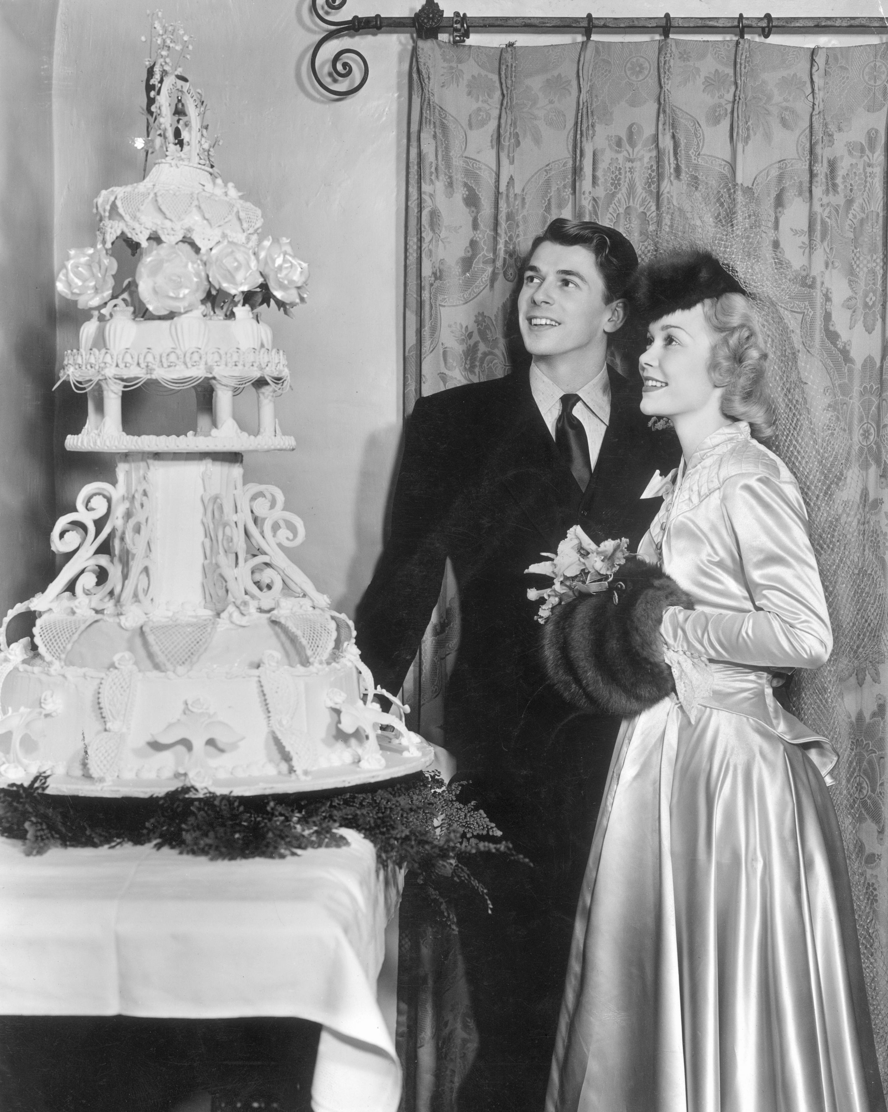 celebrity-vintage-wedding-cakes-ronald-reagan-3232075-1015.jpg