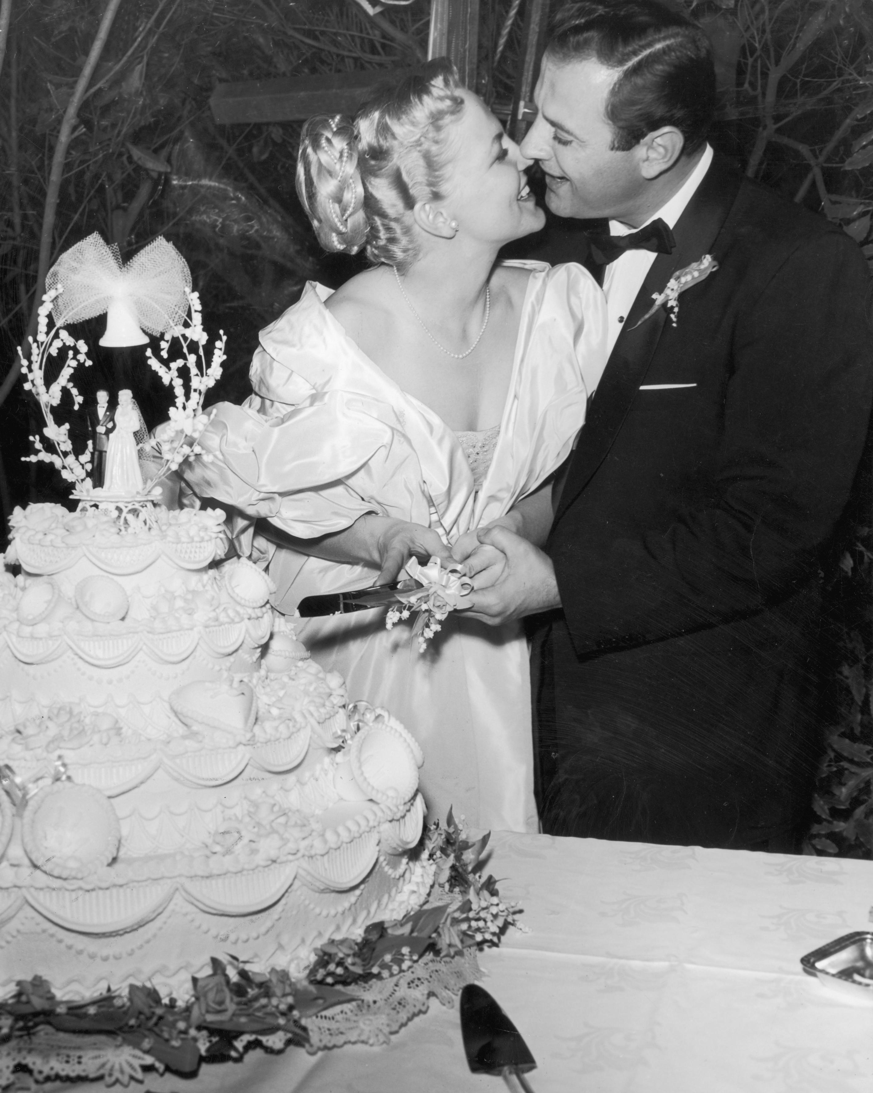 celebrity-vintage-wedding-cakes-peggy-lee-3206157-1015.jpg