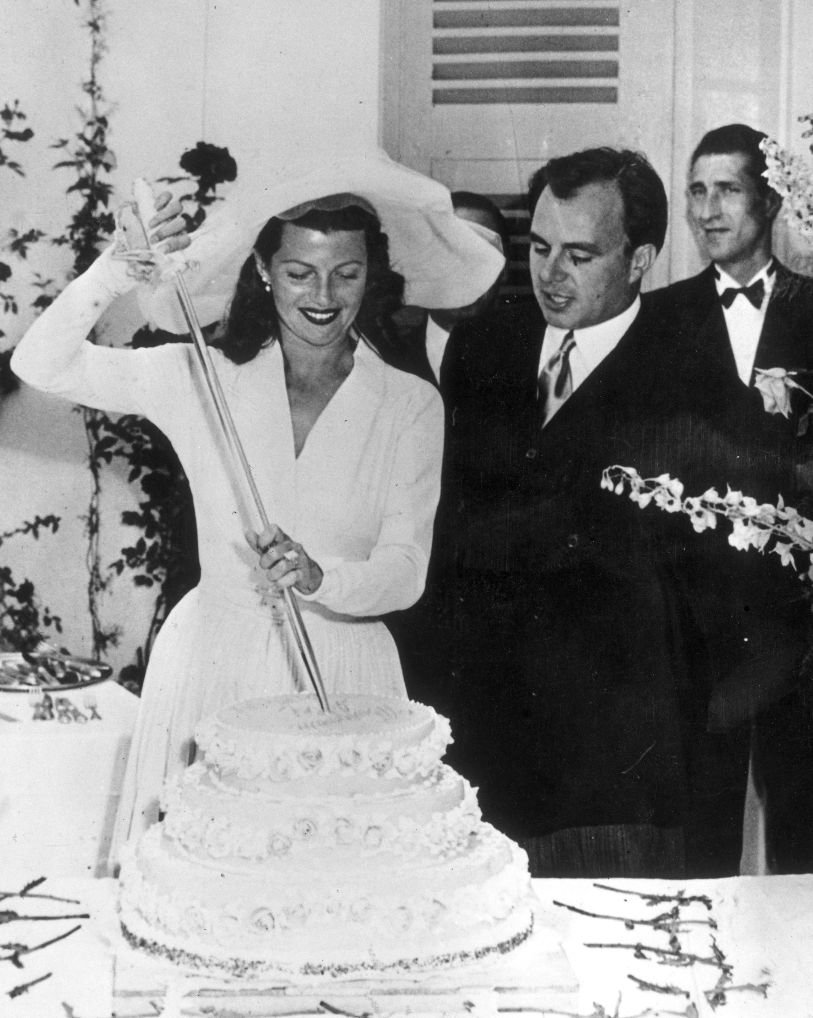 celebrity-vintage-wedding-cakes-rita-hayworth-3136533-1015.jpg