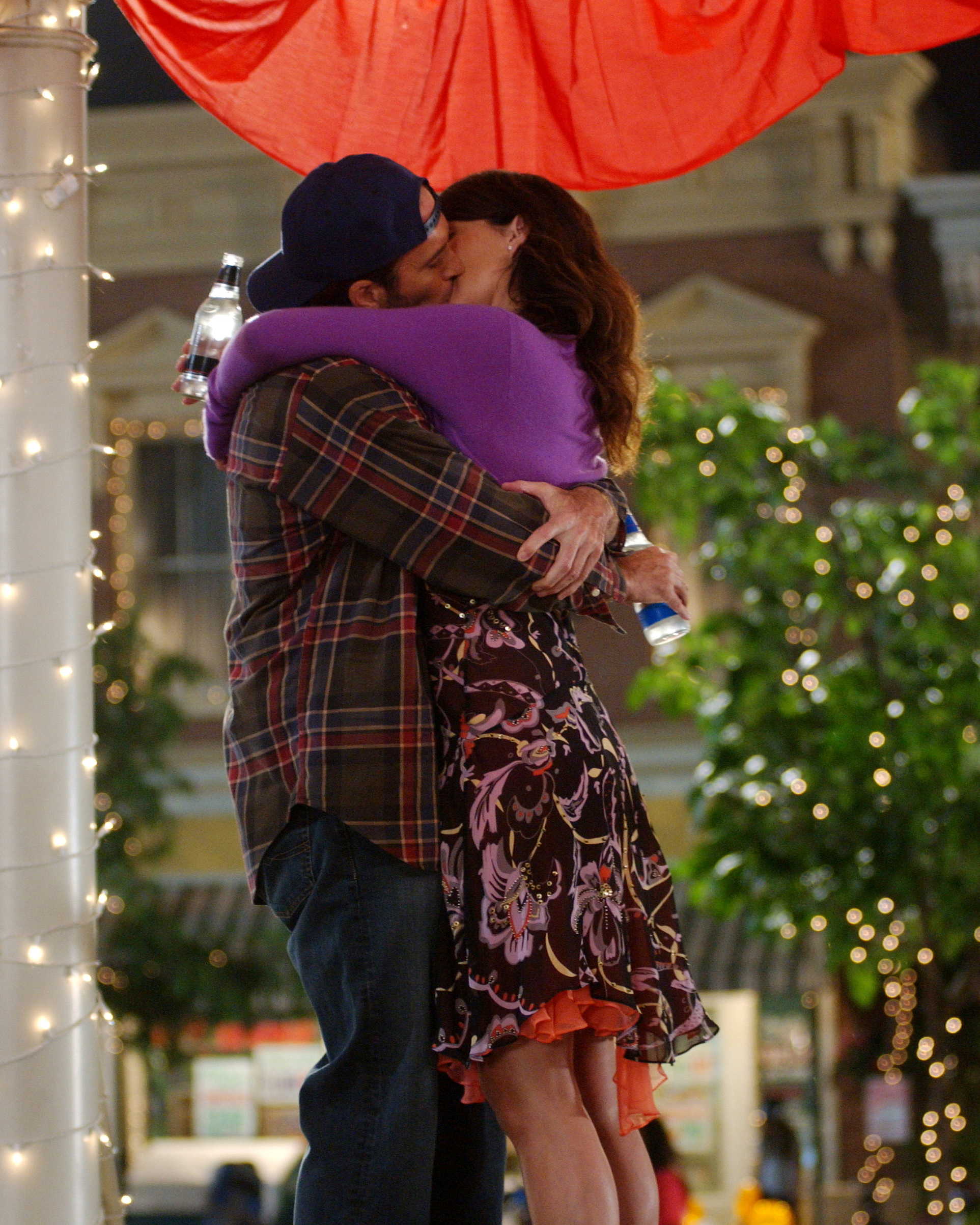 gilmore-girls-wedding-lorelai-luke-kissing-1015.jpg