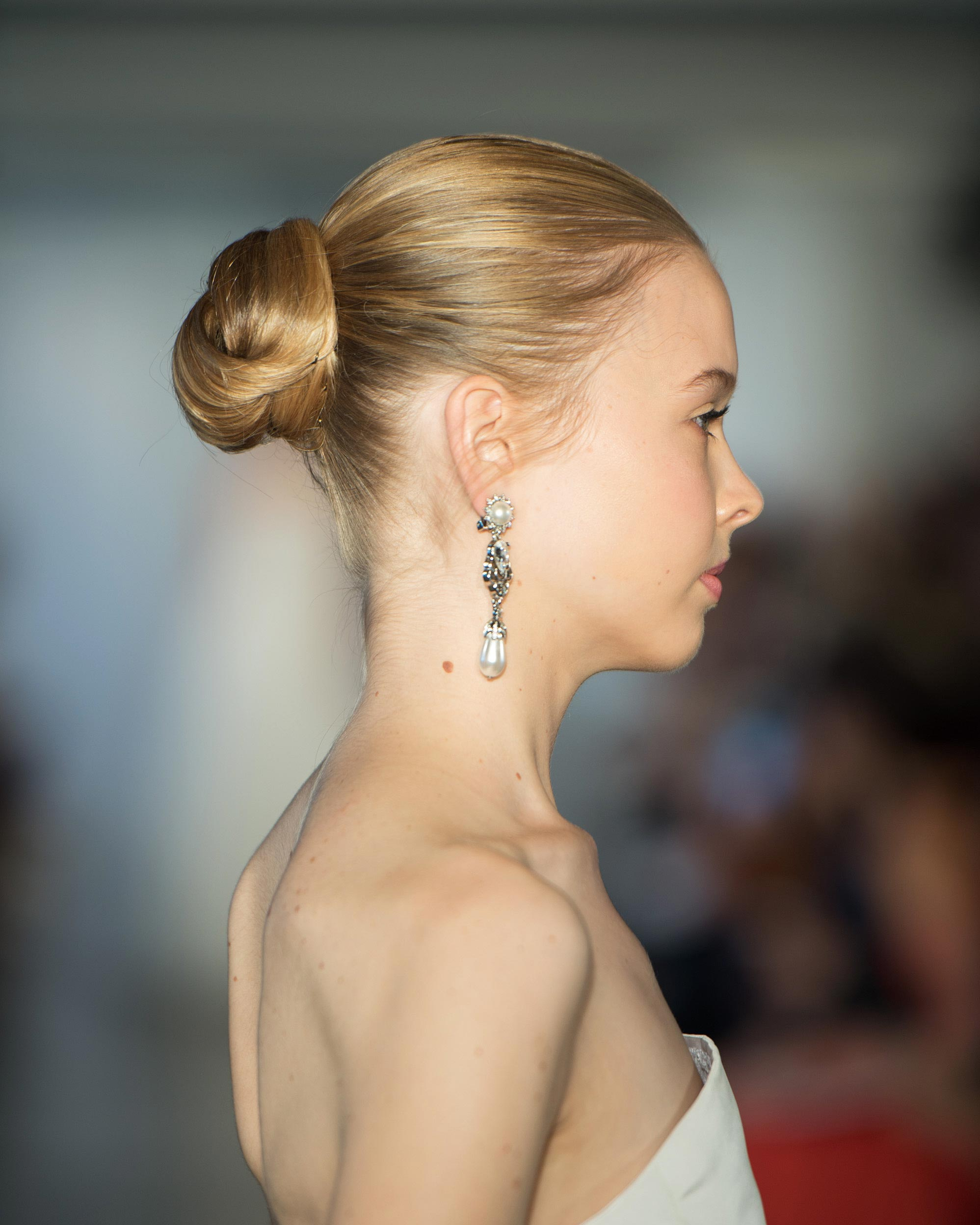 bridal-fashion-hairstyles-oscar-de-la-renta-spring-2017-back-0416.jpg