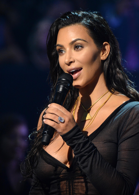 Kim Kardashian wearing a new diamond ring at the 2016 VMAs