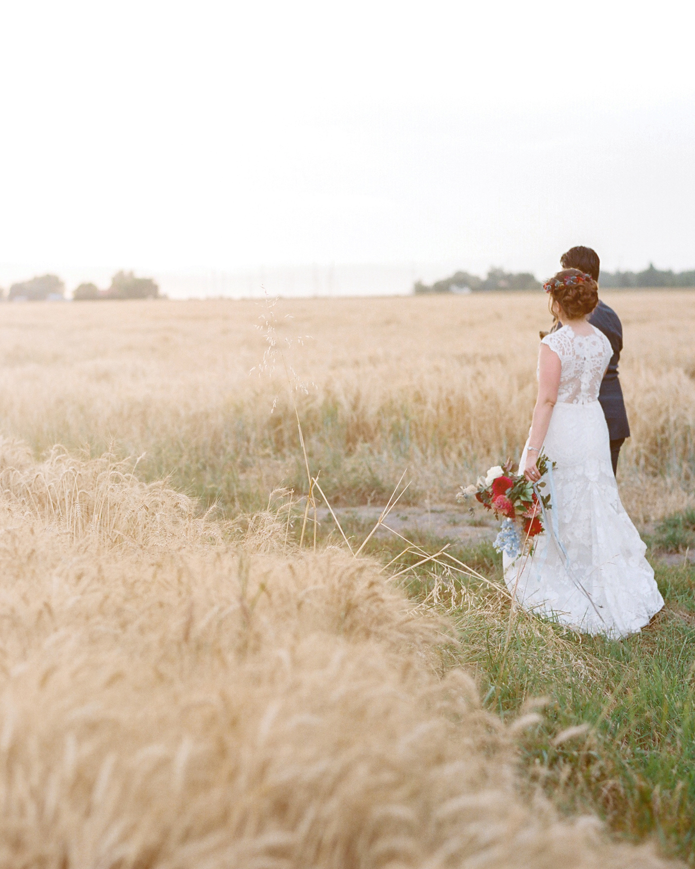 wedding couple field horizon