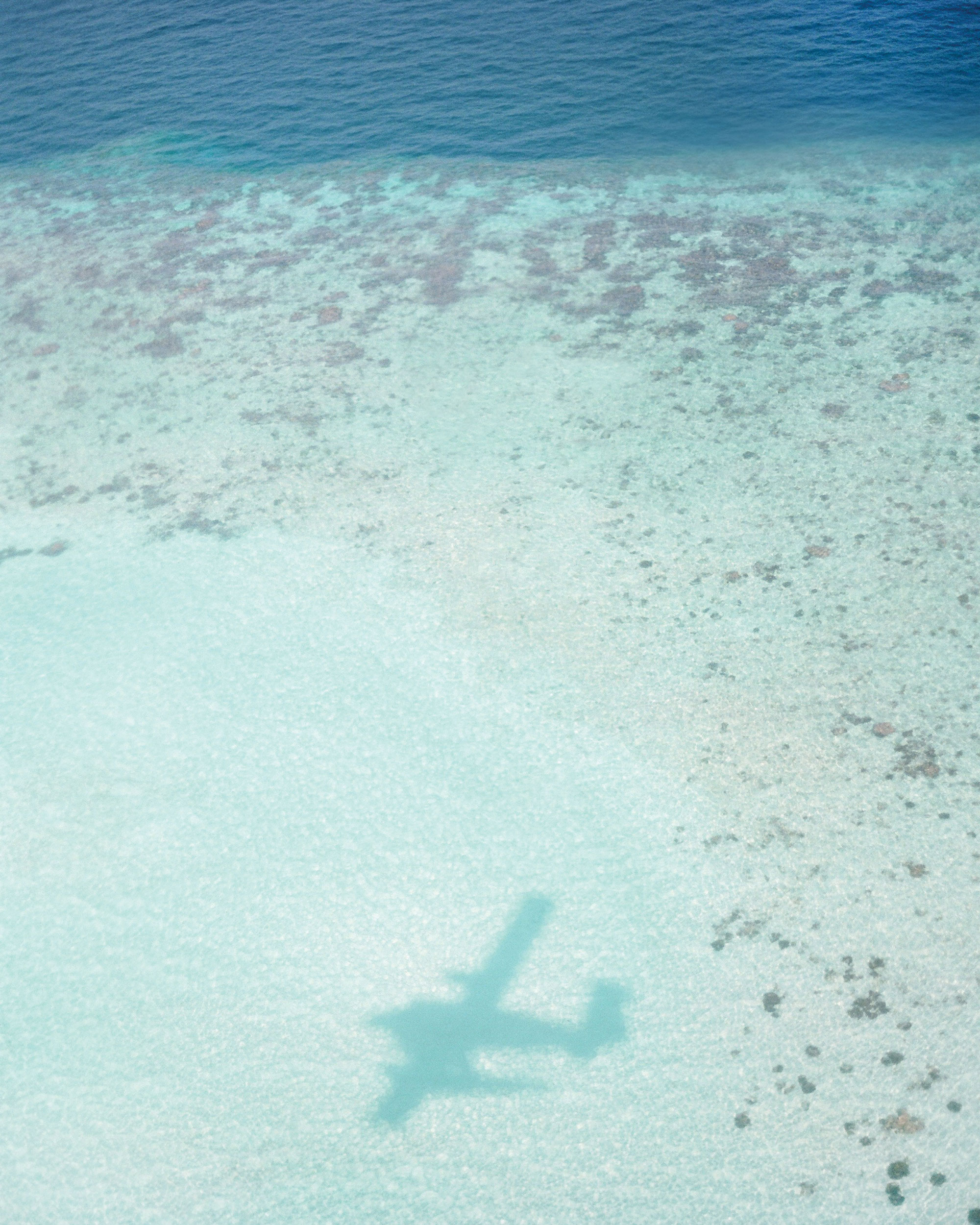 peony-richard-wedding-maldives-airplane-shadow-in-sand-0015-s112383.jpg