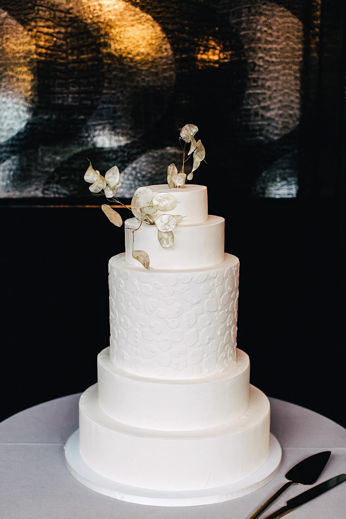 ana and damon simple wedding cake