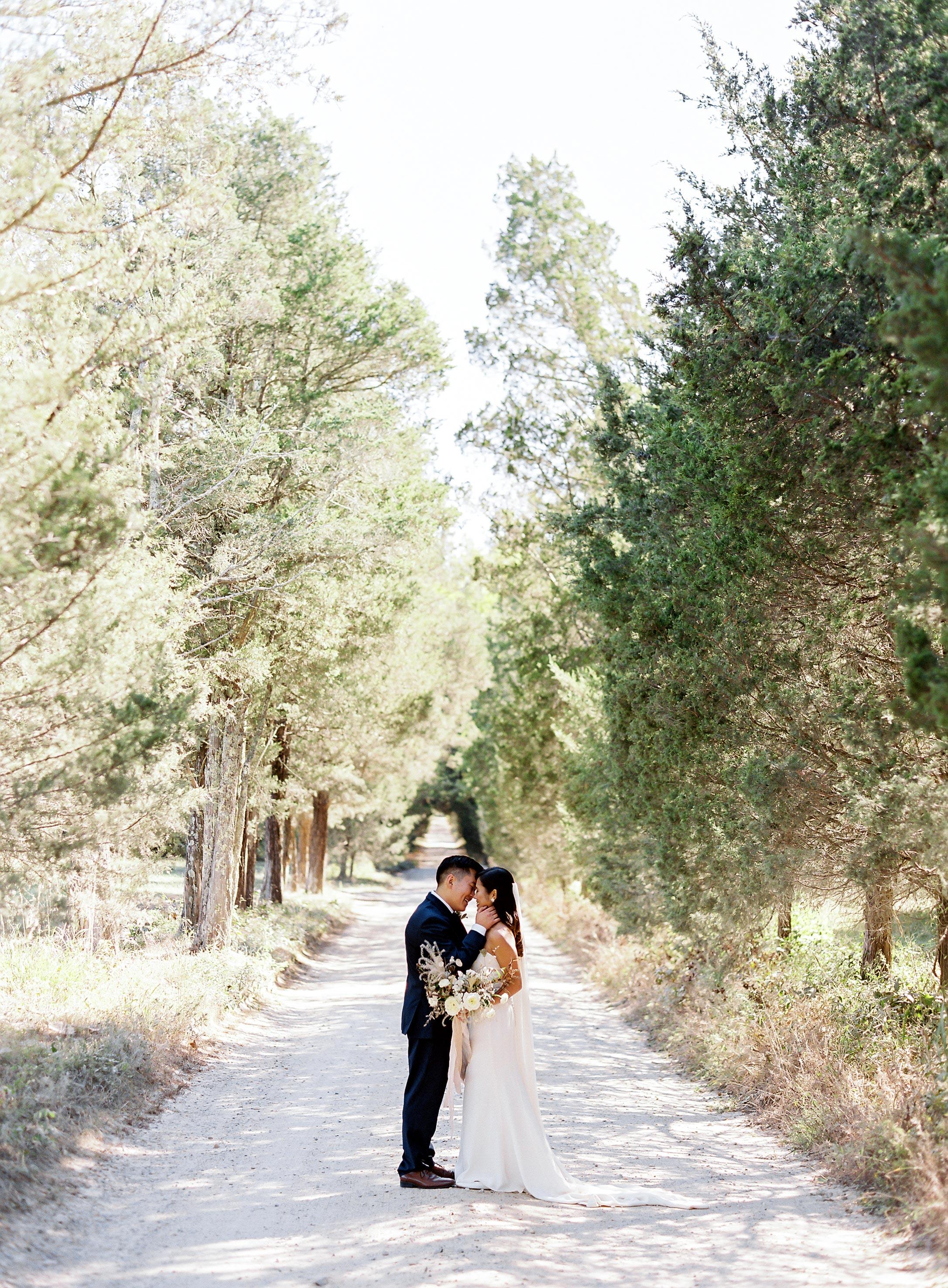 linda robert wedding couple kiss
