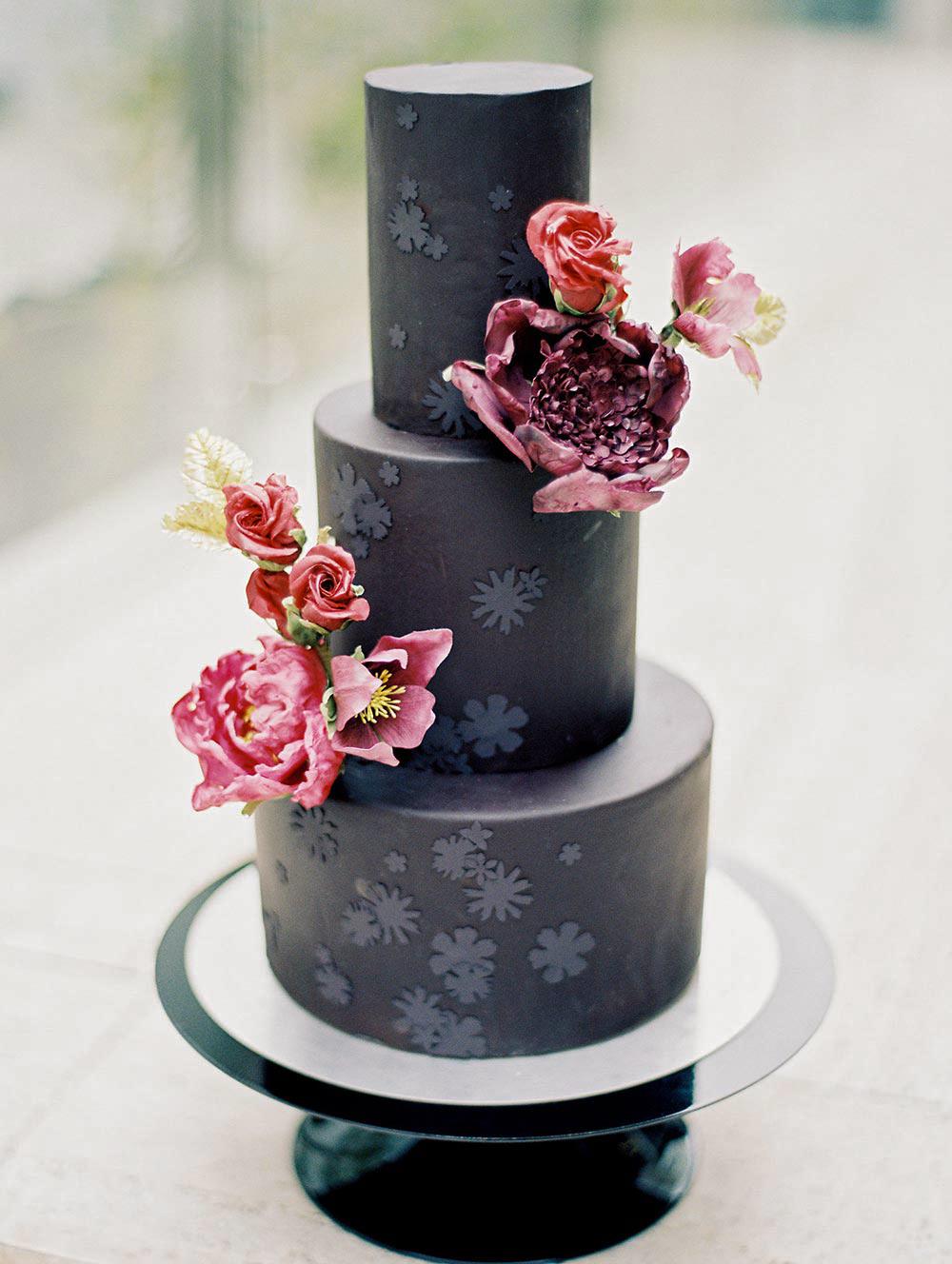 black wedding cake lynn dunston fleurandflour