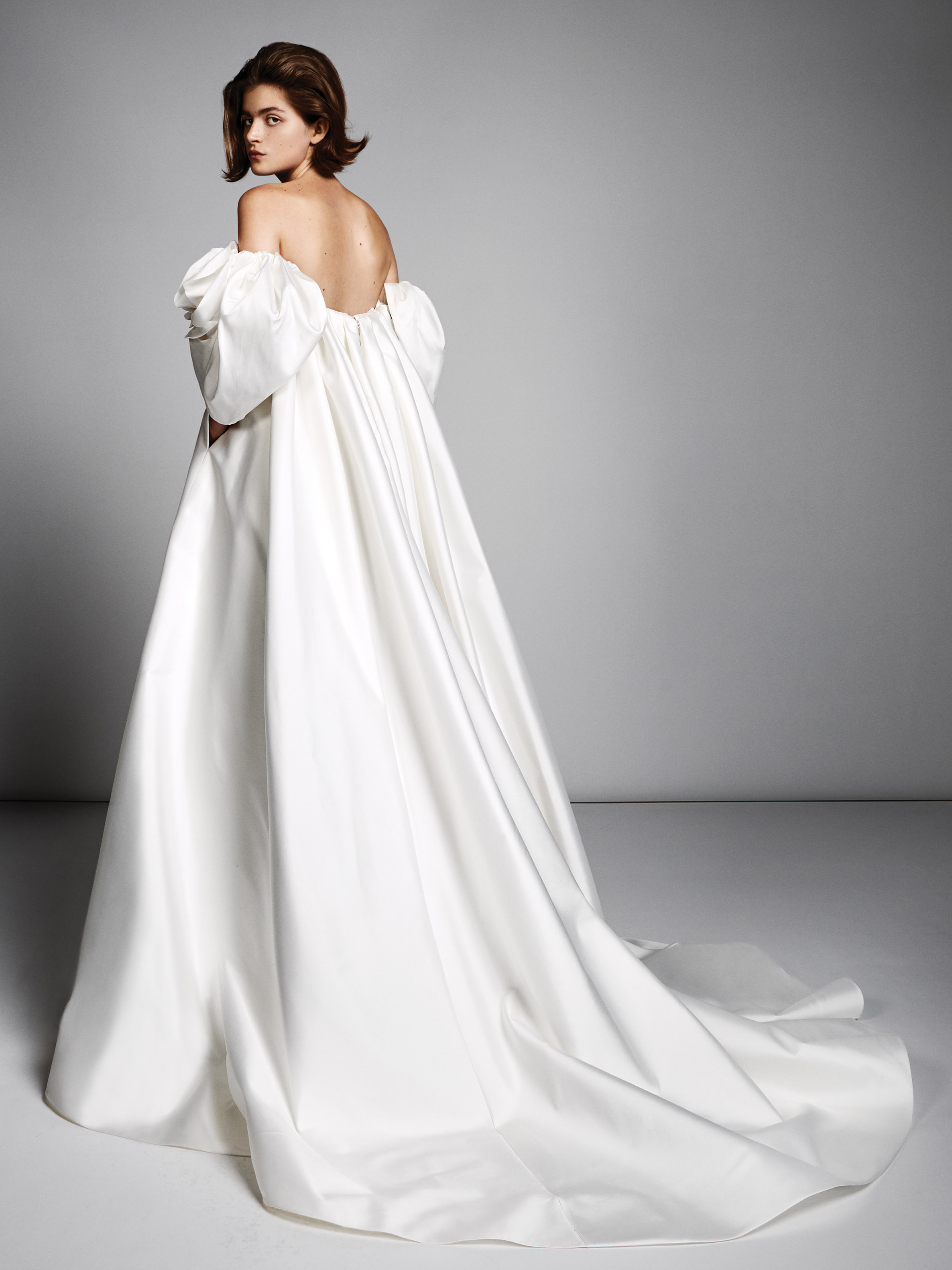 viktor rolf marriage fall 2019 off the shoulder three-quarter sleeves ball gown with long train