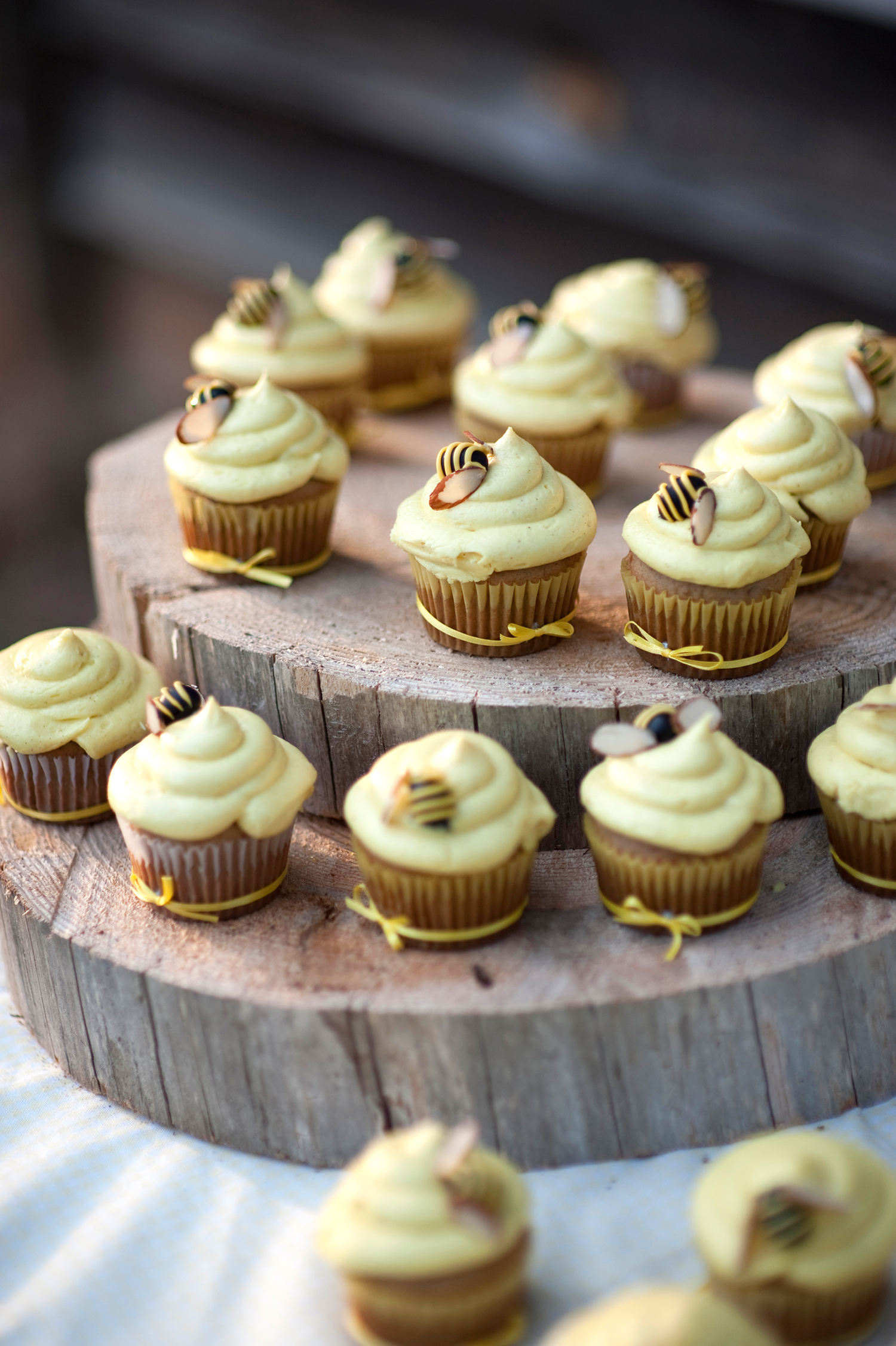 bee wedding ideas yellow cupcakes with little bows on wood rings